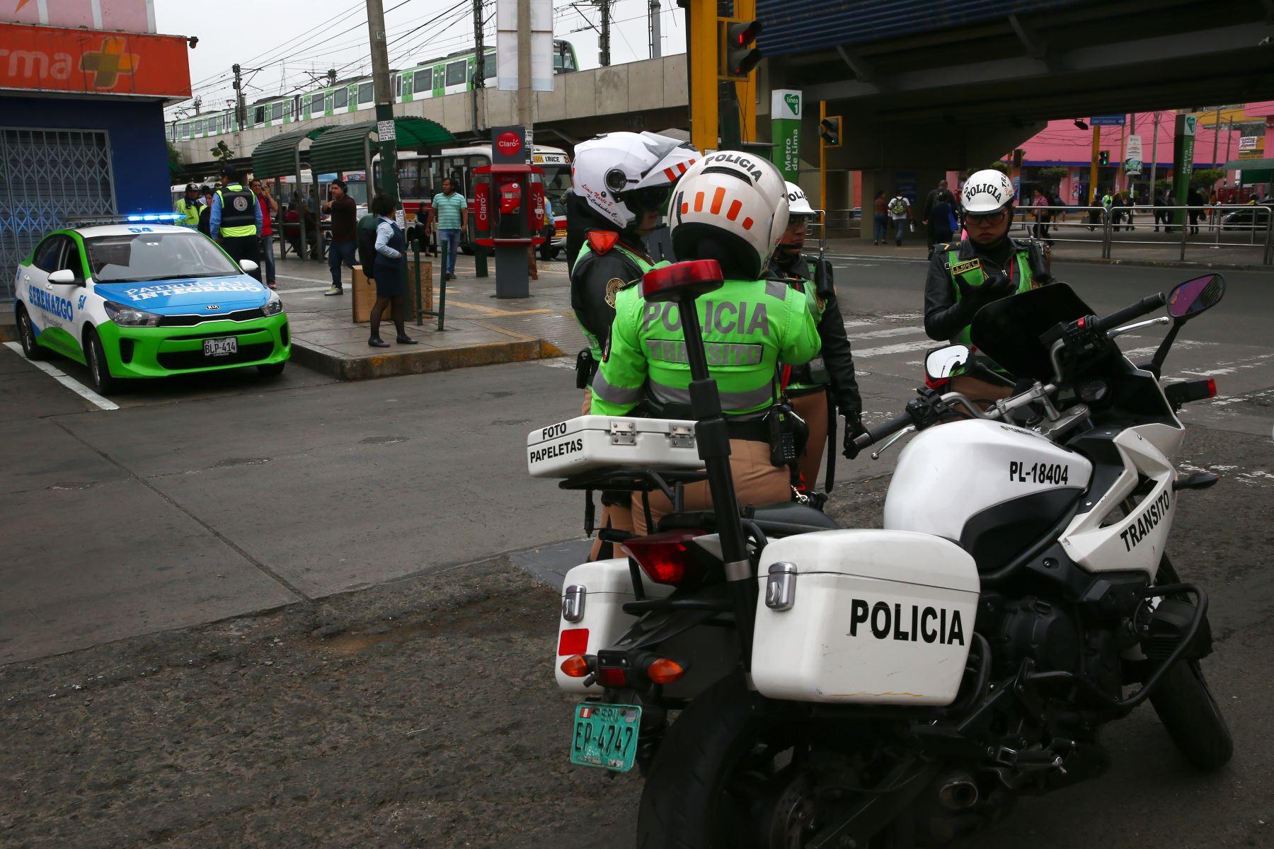 Policía Nacional junto a serenazgo de Surco, realizan operativo en los alrededores del Ovalo Higuereta para evitar el servicio de taxi en moto. Foto: ANDINA/Melina Mejía