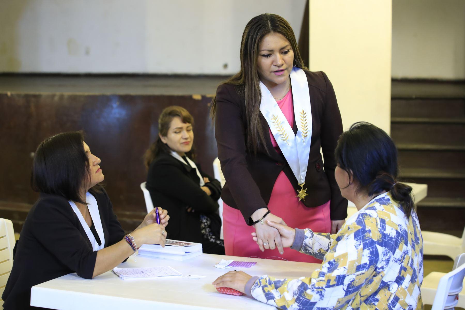 Abogados del Colegio de Abogados de Lima brindan orientación a internas del penal Santa Mónica en Chorrillos.  Foto: ANDINA / Juan Carlos Guzmán Negrini.