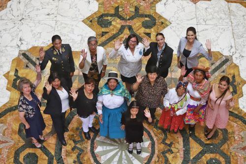 Presidente Vizcarra otorga condecoración a mujeres destacadas de 2019