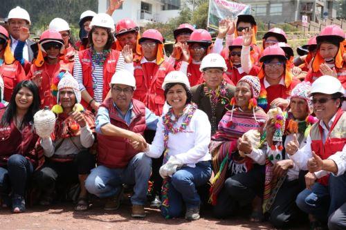 Ministra de Trabajo y Promoción del Empleo (MTPE), Sylvia Cáceres (al centro), en Cusco.  Foto: Cortesía.
