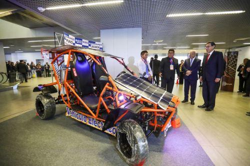 Es un vehículo impulsado con energía solar fotovoltaica, con una estructura metálica y paneles solares flexibles.