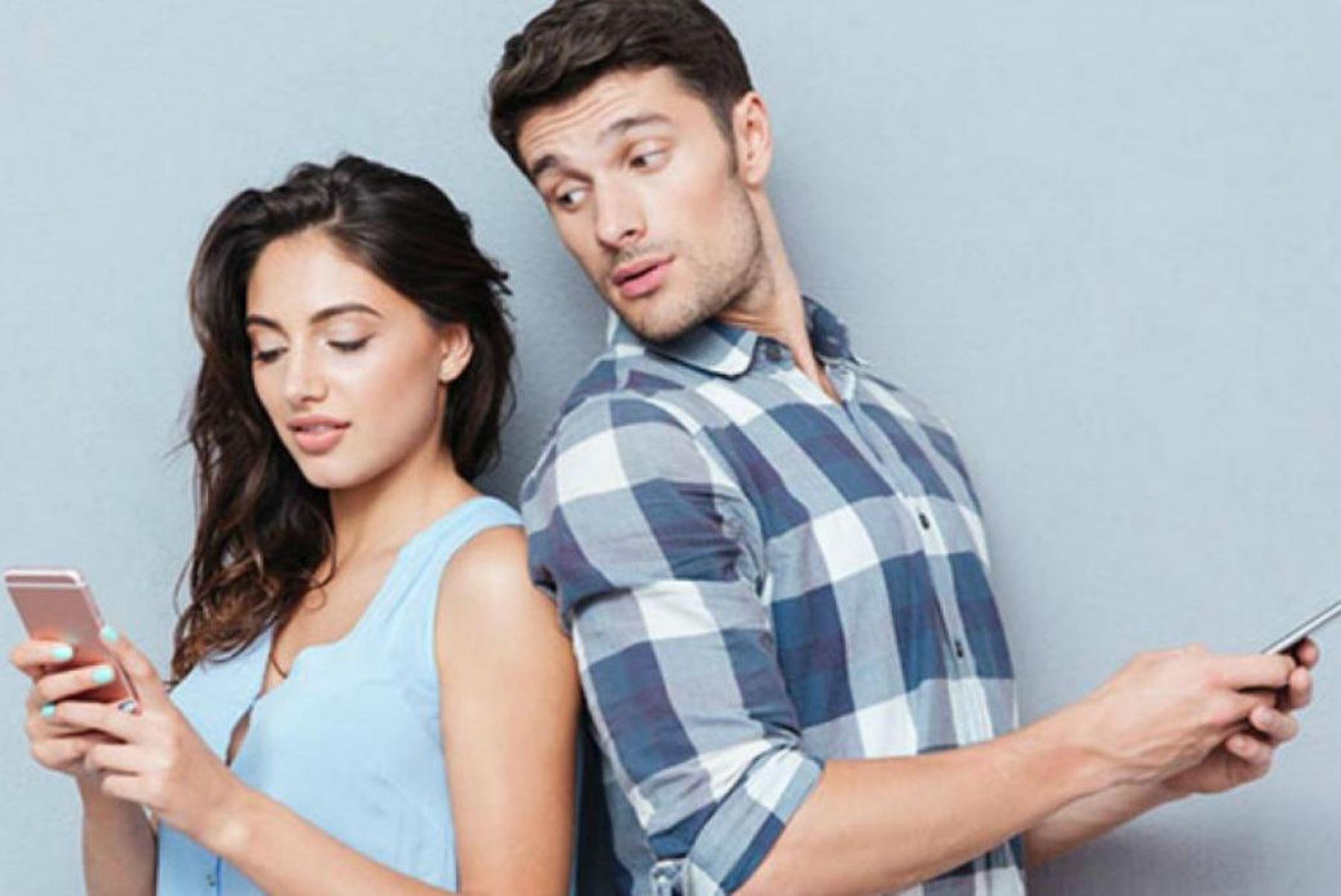 ¿Es bueno para la relación de pareja compartir el celular?. Internet.