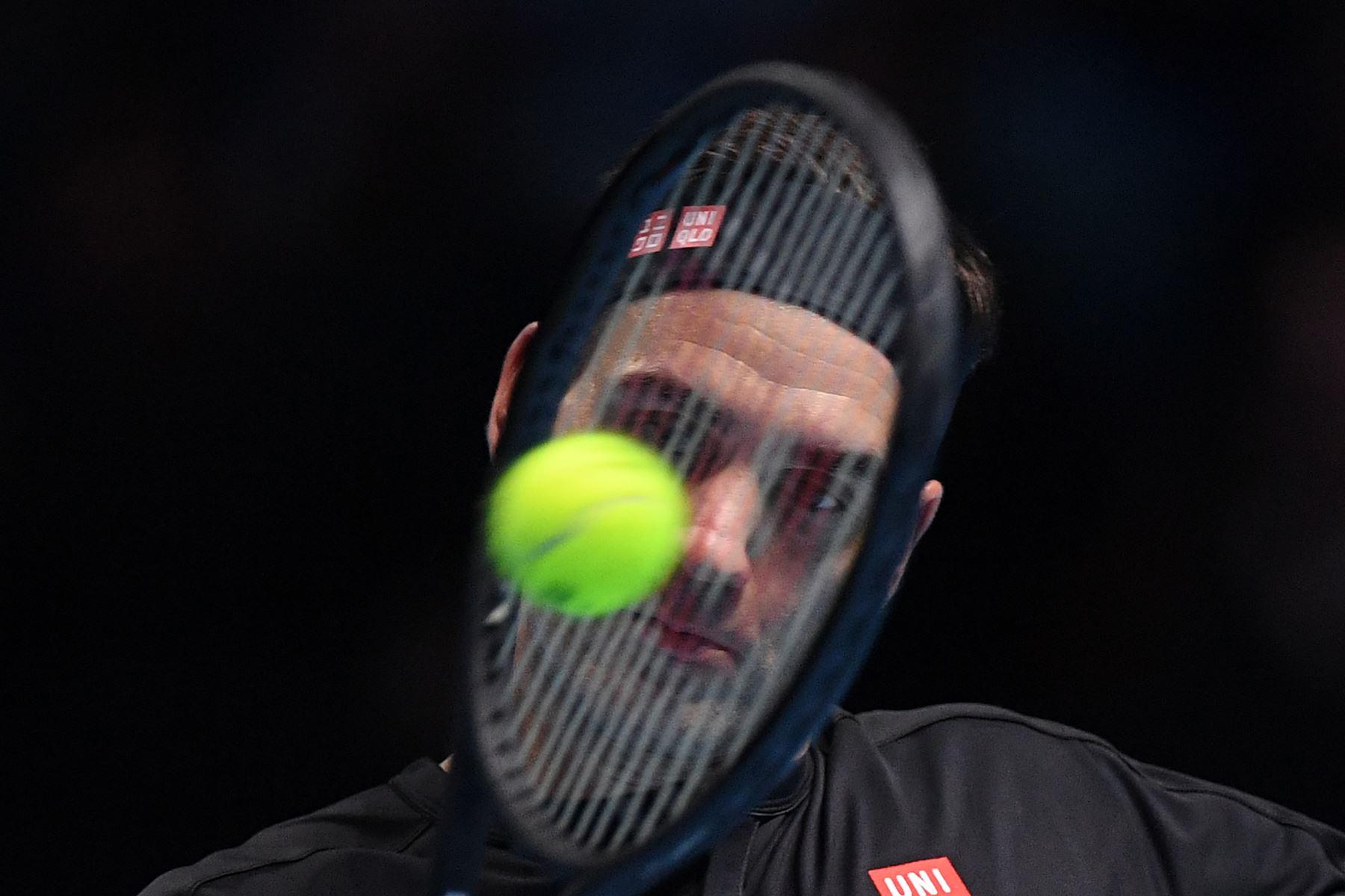 El suizo Roger Federer se enfrenta al griego Stefanos Tsitsipas durante el partido de semifinales de individuales masculinos en el  torneo de tenis ATP World Tour Finals en el O2 Arena en Londres. Foto: AFP