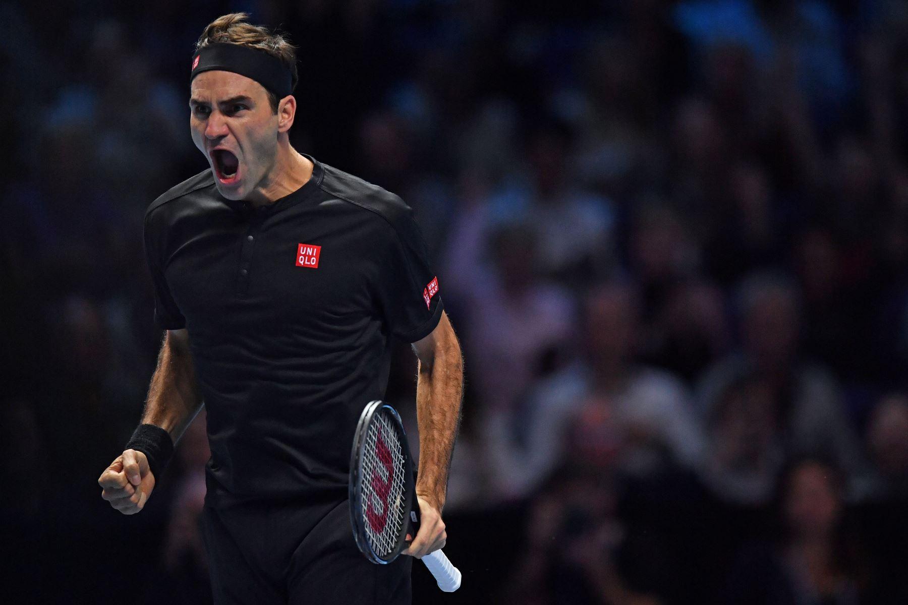 El suizo Roger Federer celebra su triunfo en sets corridos sobre el serbio Novak Djokovic de Serbia en su partido de ida y vuelta de singles masculinos en el quinto día del torneo de tenis ATP World Tour Finals en el O2 Arena en Londres. Foto: AFP