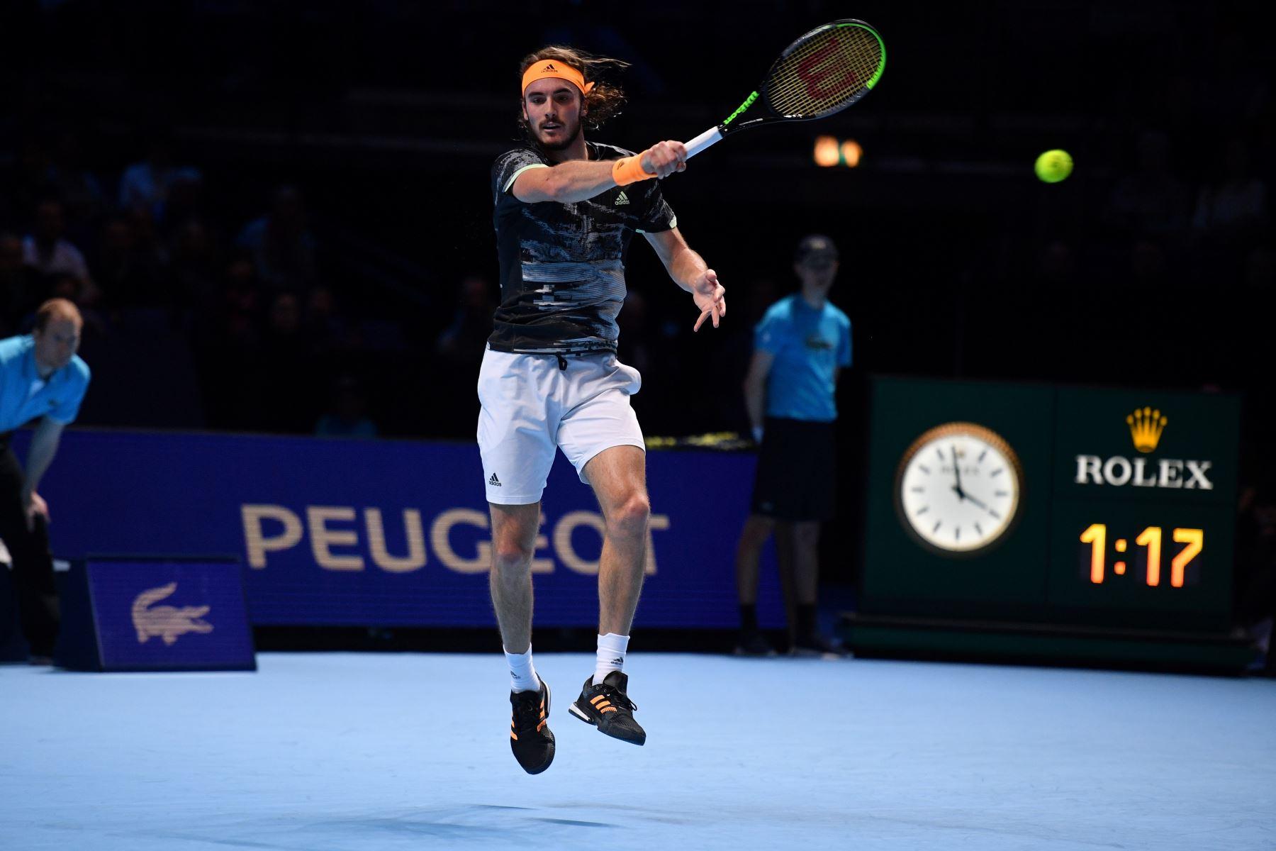El griego Stefanos Tsitsipas se enfrenta al suizo Roger Federer durante el partido de semifinales de individuales masculinos en el torneo de tenis ATP World Tour Finals en el O2 Arena de Londres. Foto: AFP