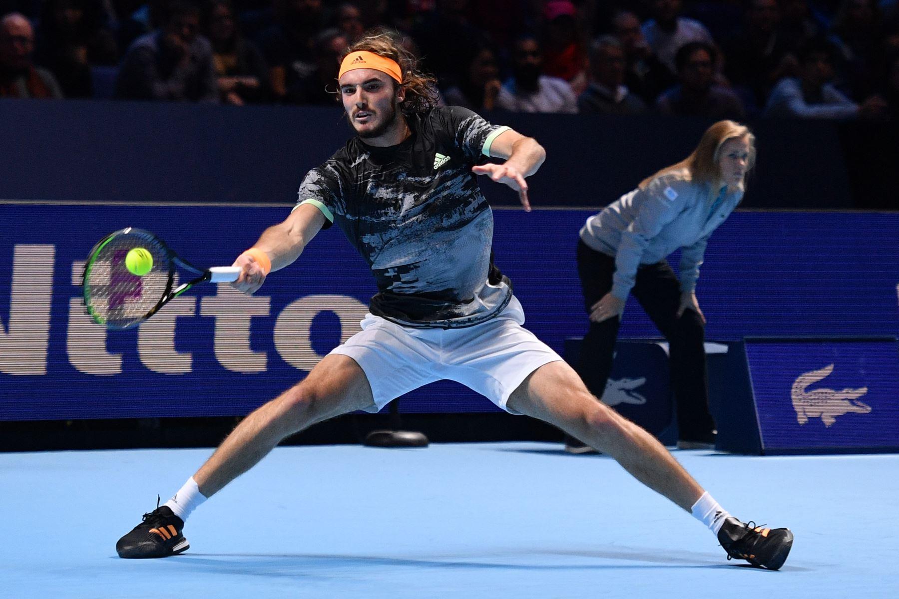 El griego Stefanos Tsitsipas se enfrenta al suizo Roger Federer durante el partido de semifinales de individuales masculinos  de tenis ATP World Tour Finals en el O2 Arena de Londres. Foto: AFP