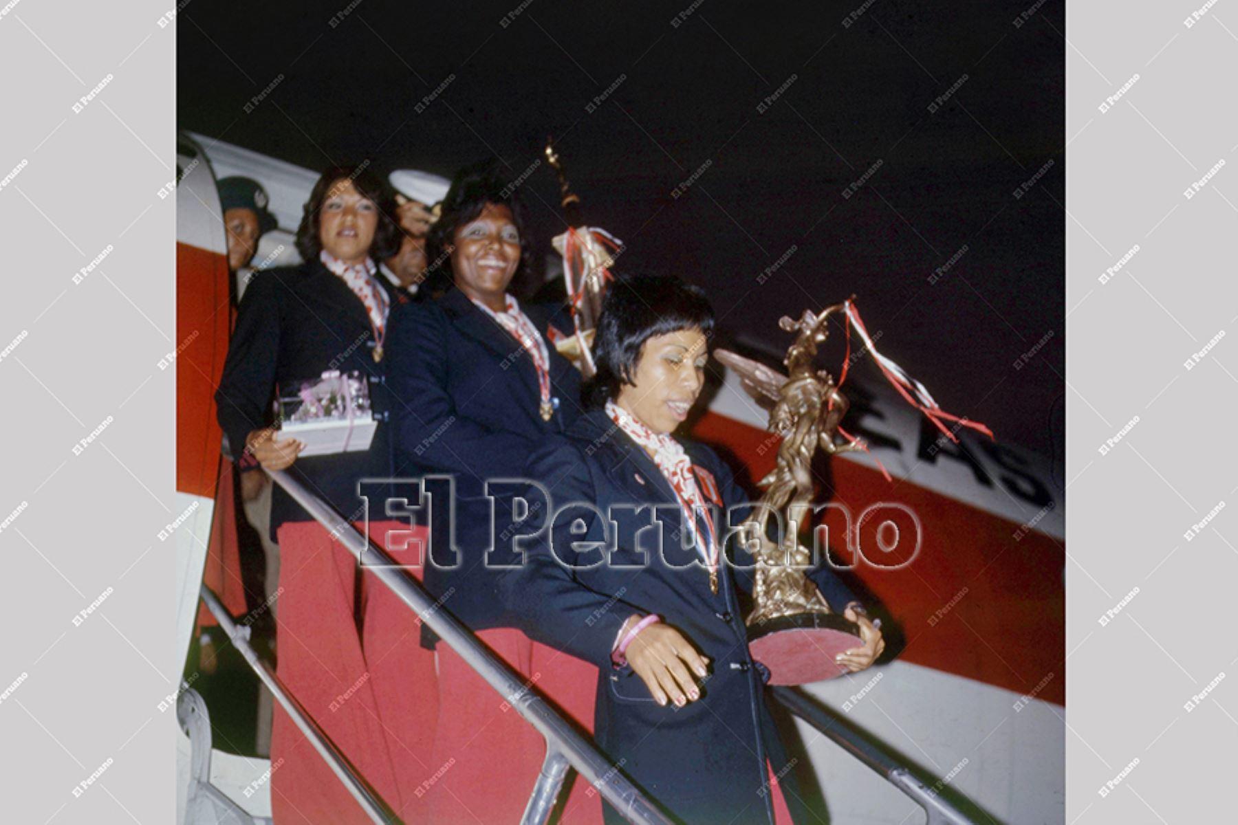 Callao - 1975 / Llegada de la selección peruana de voleibol que participo en el campeonato sudamericano. En la imagen descienden del avión con trofeos en mano Irma Cordero y Lucha Fuentes.  Foto: Archivo Histórico de EL PERUANO