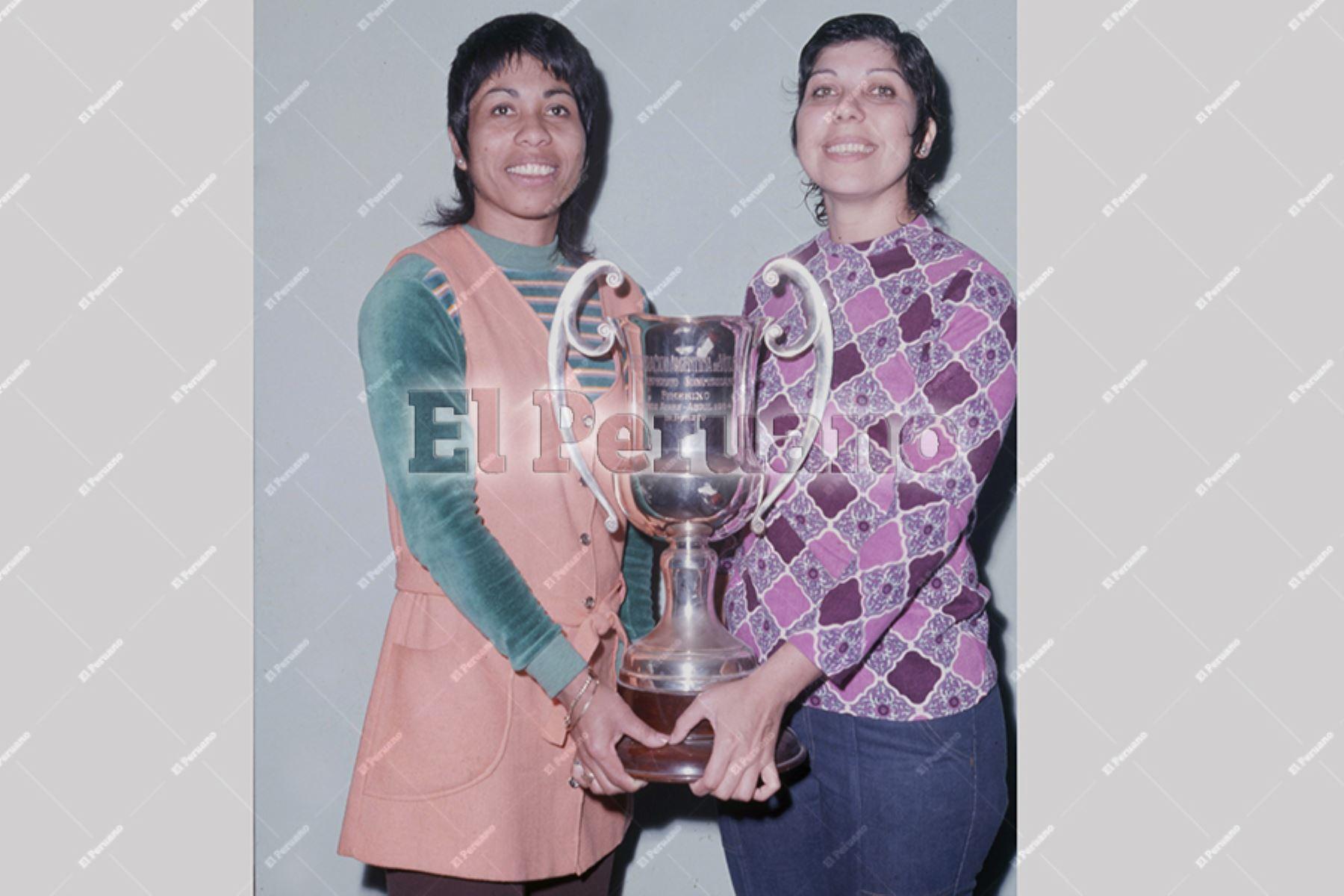 Lima - 1975 aprox. / Voleibolistas Irma Cordero y Pilancho Jiménez con el trofeo del campeonato sidamericano de 1964.  Foto: Archivo Histórico de EL PERUANO