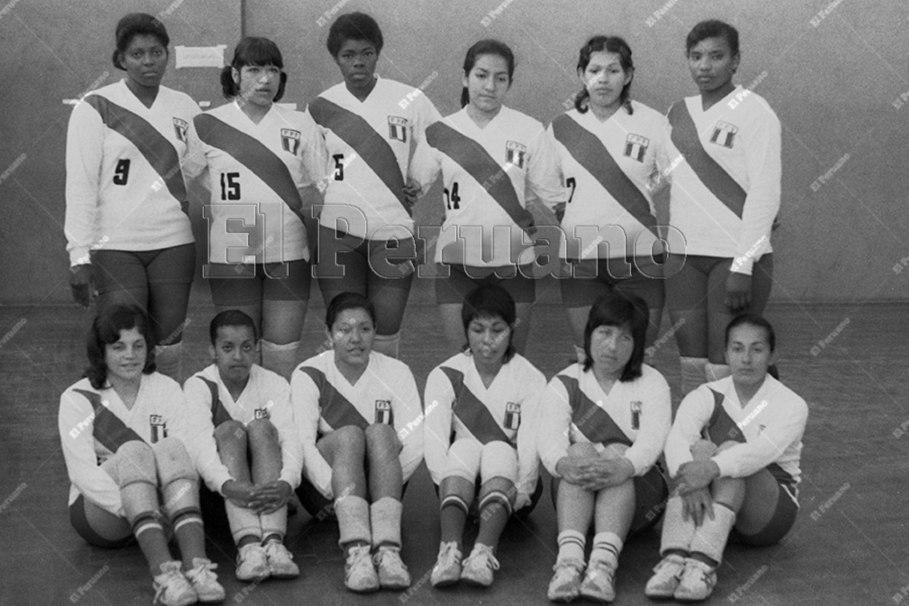 Lima - 4 octubre 1974 / Presentación de la selección peruana de voleibol con Lucha Fuentes, Ana Cecilia Carrillo, Norma Velarde  e  Irma Cordero  como sus figuras principales.  Foto: Archivo Histórico de El Peruano / Raúl Sagástegui