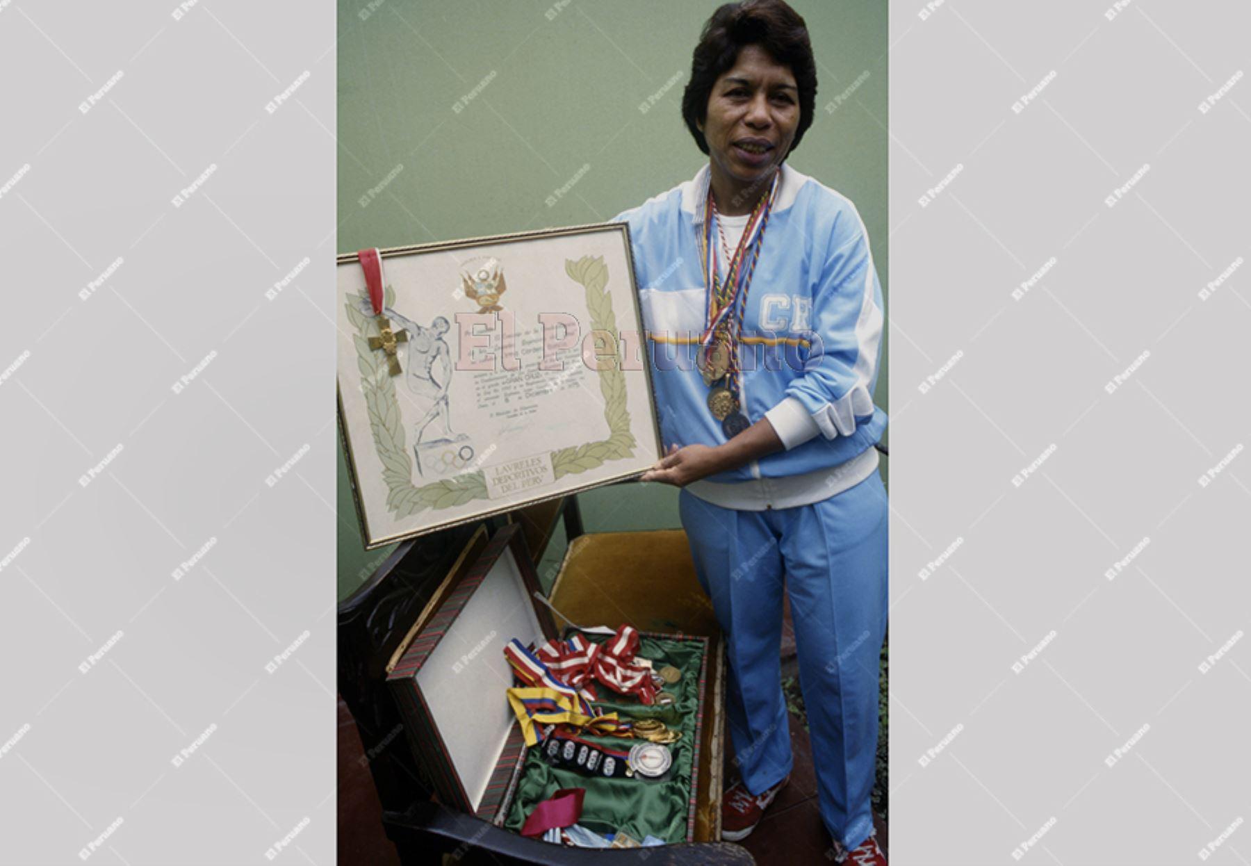 Lima - 25 octubre 1987 / Irma Cordero con el diploma de los laureles deportivos y sus medallas ganadas a lo largo de su trayectoria como voleibolista.  Foto: Archivo Histórico de El Peruano.