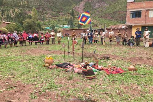 El pronunciamiento se dio a conocer tras una ofrenda a la pachamama o madre tierra en la comunidad de Huchuy Qosqo, bajo el parque arqueológico del mismo nombre en la provincia de Calca.Foto: Enrique Riveros