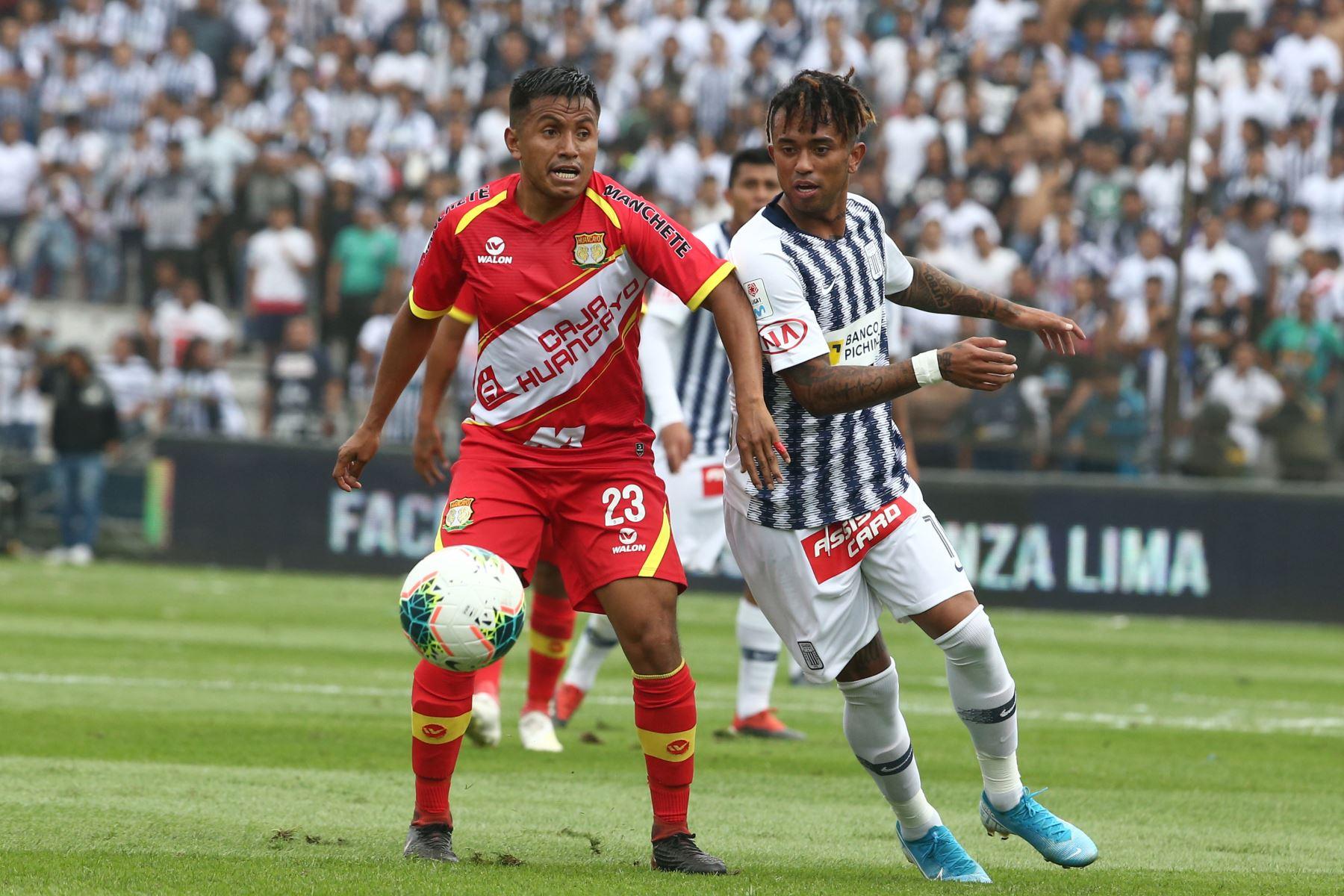 Joazhino Arroé de Alianza Lima disputa el balon ante jugador  Sport Huancayo por la fecha 16 del Torneo Clausura de la Liga 1en el estadio Alejandro Villanueva de La Victoria. Foto: ANDINA/Vidal Tarqui