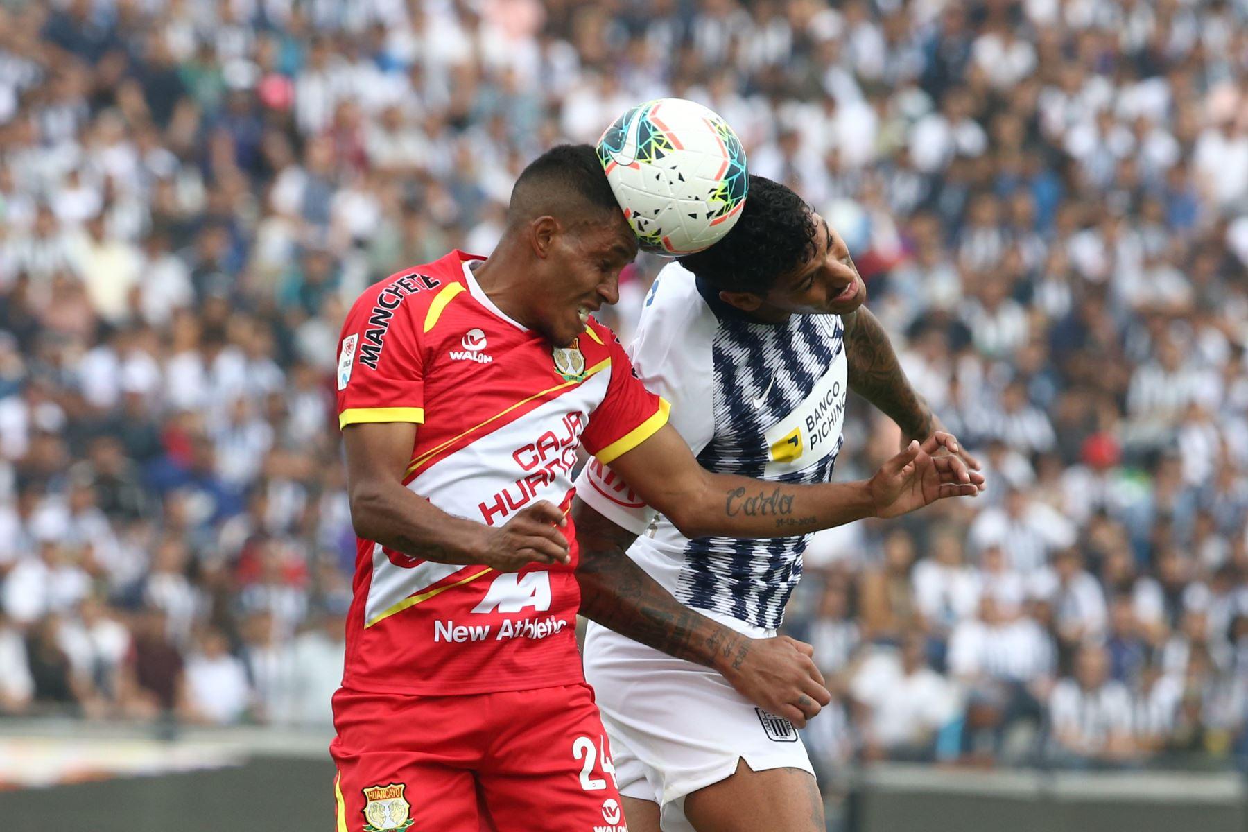 Adrián Balboa de Alianza Lima disputa el balon ante jugador  Sport Huancayo por la fecha 16 del Torneo Clausura de la Liga 1en el estadio Alejandro Villanueva de La Victoria. Foto: ANDINA/Vidal Tarqui
