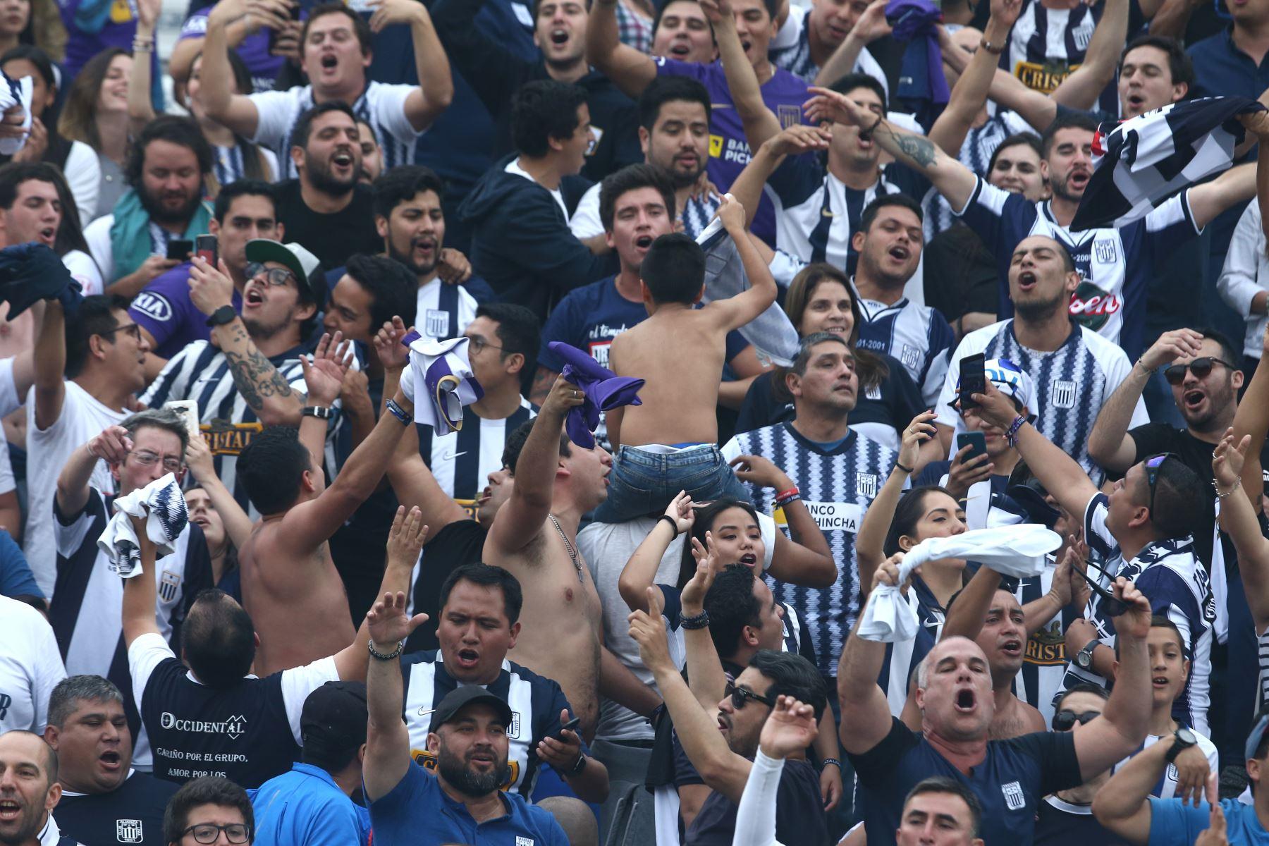 Hinchada de Alianza Lima ante  Sport Huancayo por la fecha 16 del Torneo Clausura de la Liga 1en el estadio Alejandro Villanueva de La Victoria. Foto: ANDINA/Vidal Tarqui