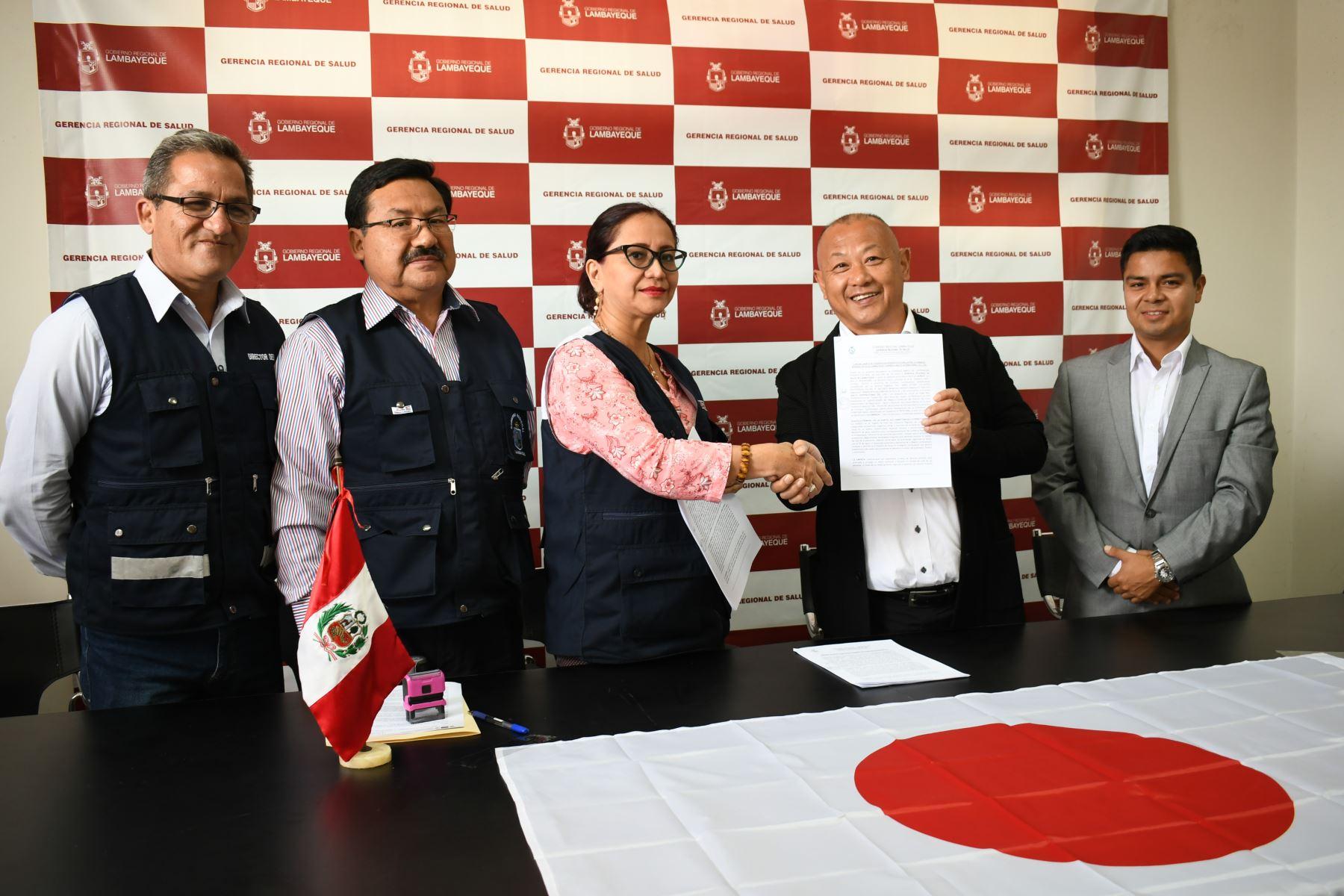 La gerenta regional de Salud de Lambayeque, María Esther Collantes,suscribió convenio con el presidente de la empresa japonesa Ability Internacional CO, Yoshitake Inaga, para instalar plantas piloto en Mórrope y Pacora.