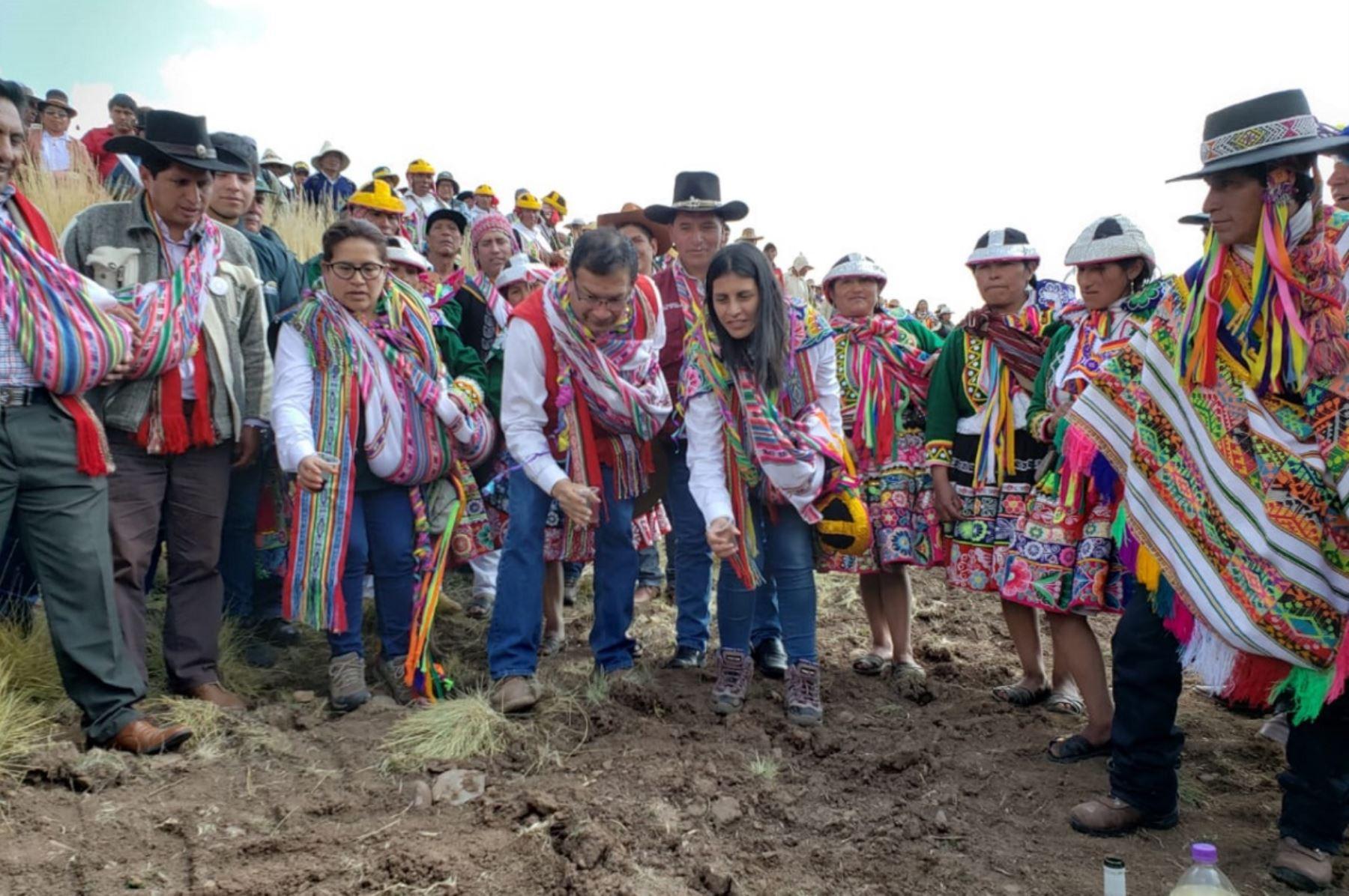 Ministro de Agricultura y Riego, Jorge Montenegro (al centro) participa de actividad de agricultura familiar. Foto: Cortesía.