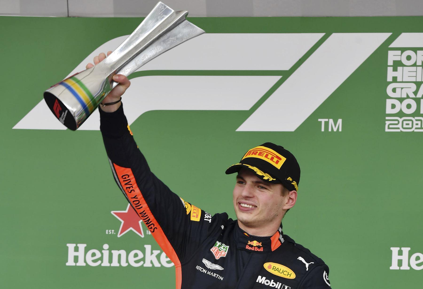 El piloto holandés de Red Bull, Max Verstappen, celebra en el podio después de ganar el Gran Premio de F1 de Brasil, en el hipódromo de Interlagos en Sao Paulo. Foto: AFP