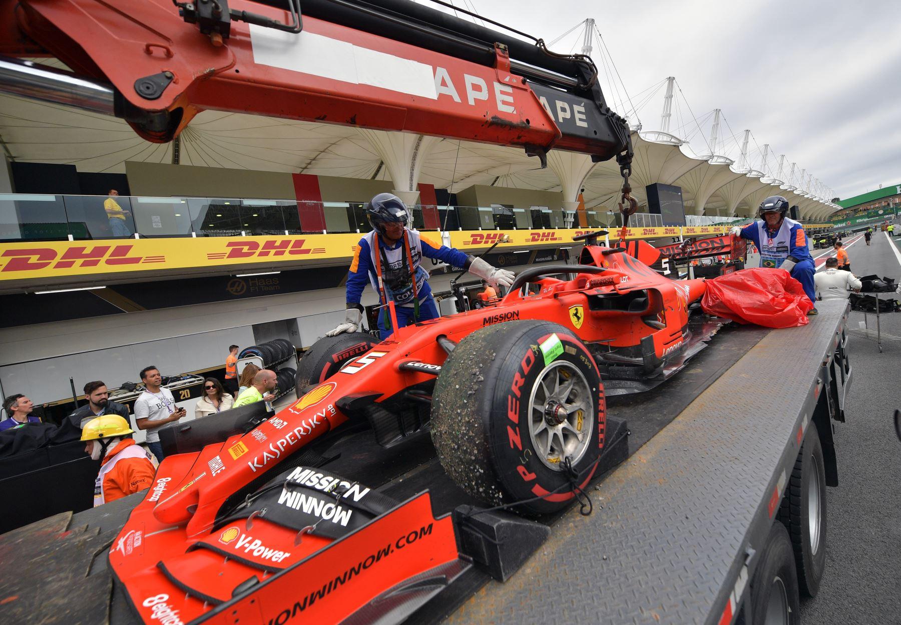 El auto dañado del piloto alemán de Ferrari, Sebastian Vettel, llega en cajas durante el Gran Premio de F1 de Brasil, en el hipódromo de Interlagos en Sao Paulo. Foto: AFP