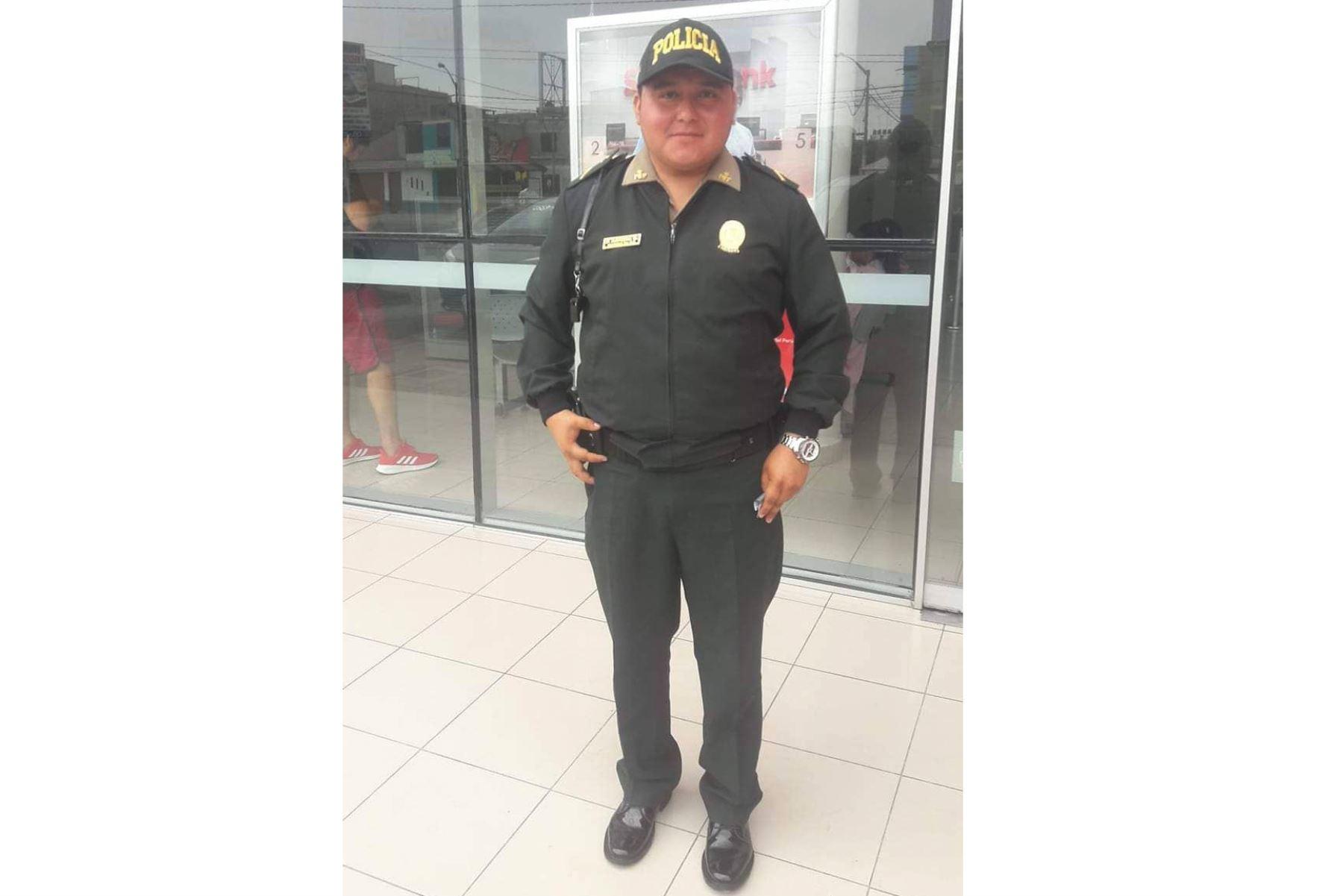 La honradez del policía Ágreda Carbajal,quien devolvió dinero olvidado en un cajero por anciano, fue elogiada en Chimbote. Foto: Cortesía/Gonzalo Horna