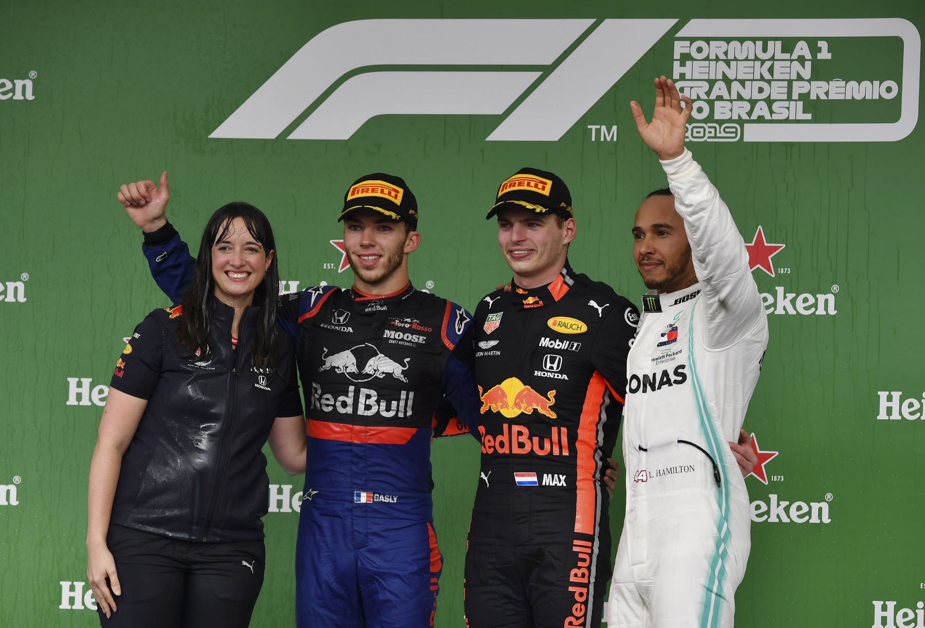 El piloto holandés de Red Bull, Max Verstappen (2 ° R) celebra en el podio después de ganar el Gran Premio de F1 de Brasil, junto al miembro del equipo de Red Bull (L), el piloto francés de Toro Rosso, Pierre Gasly (2 ° L), que ocupó el segundo lugar y el piloto británico de Mercedes, Lewis Hamilton, que llegó tercero en el hipódromo de Interlagos en Sao Paulo. Foto: AFP