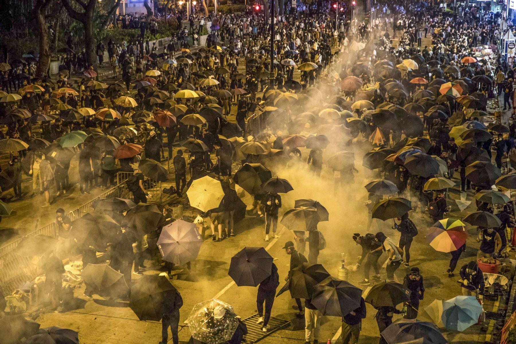 Los manifestantes lanzaron cócteles molotov y los antidisturbios emplearon gases lacrimógenos y cañones de líquido. Foto: AFP