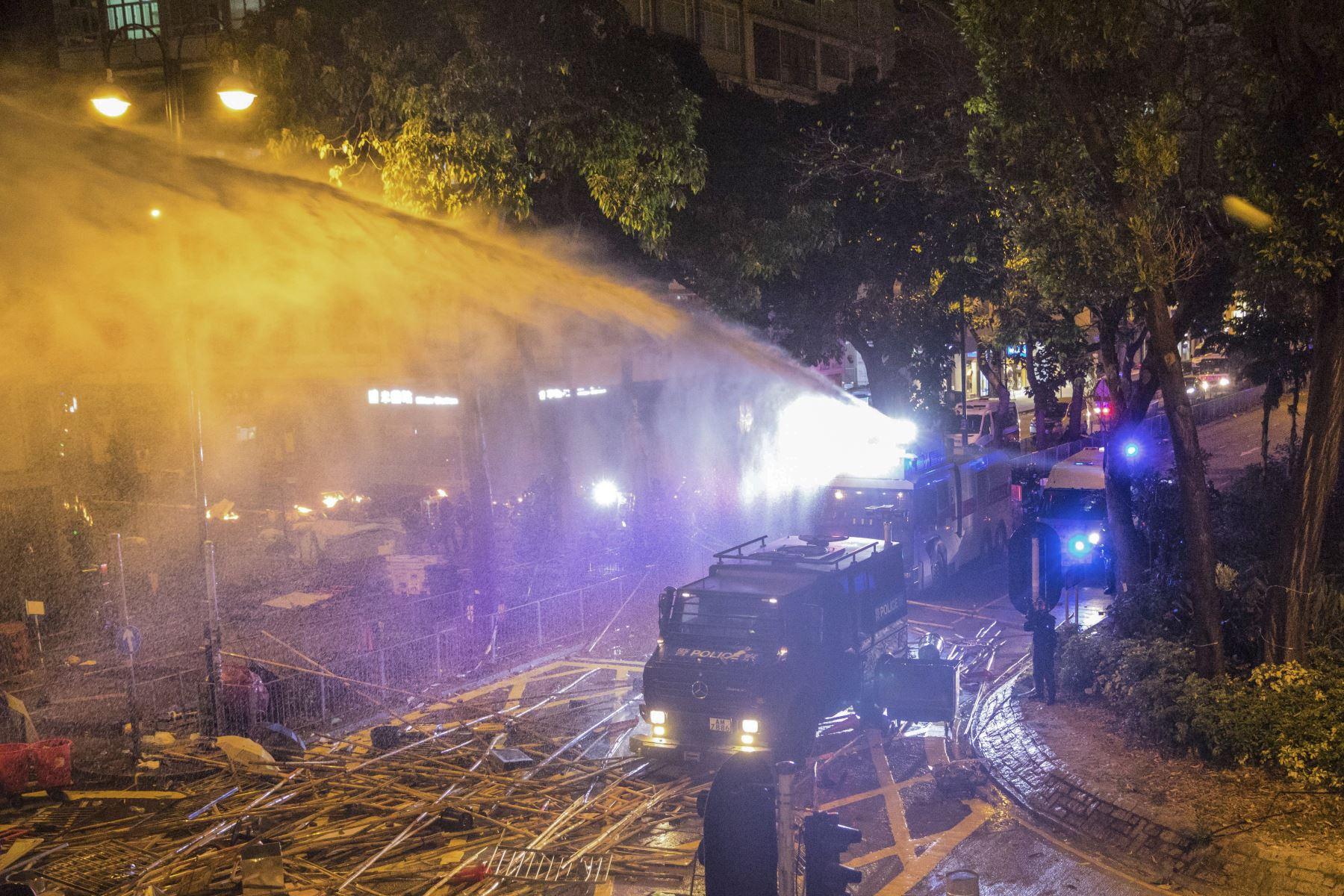 Tras una batalla campal entre los estudiantes atrincherados en la Universidad Politécnica y la policía, que advirtió de que usaría munición real si los primeros no dejaban de lanzar cócteles molotov y otros objetos. Foto: AFP