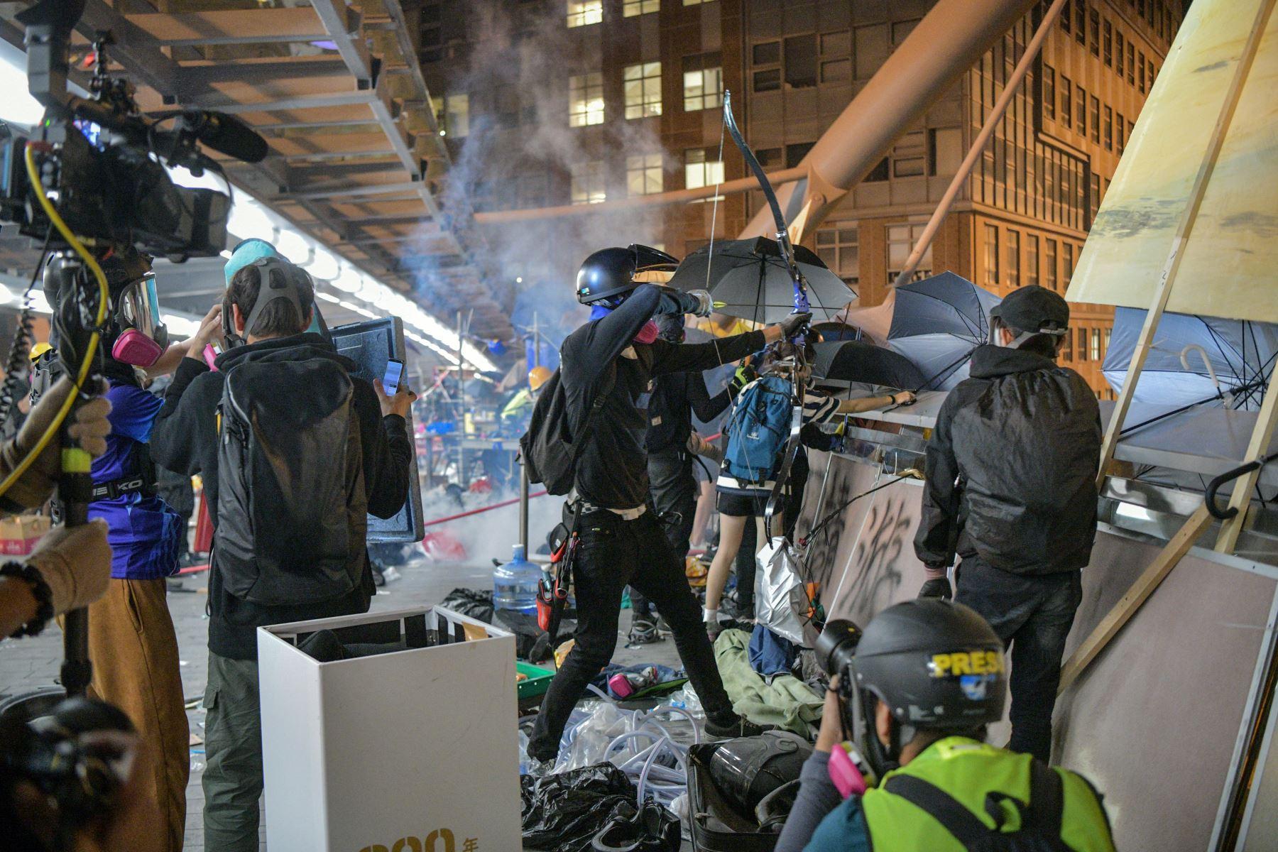 Durante todo el día, la policía usó gases lacrimógenos y cañones de agua desde los que disparaban tinta azul con el objetivo de identificar con más facilidad a los manifestantes. Foto: AFP