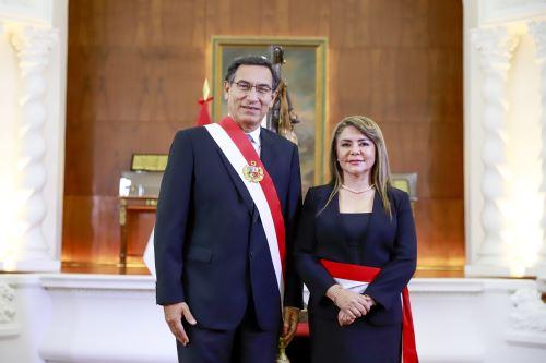 Presidente Vizcarra toma juramento a nueva ministra de Salud Elizabeth Hinostroza Pereyra