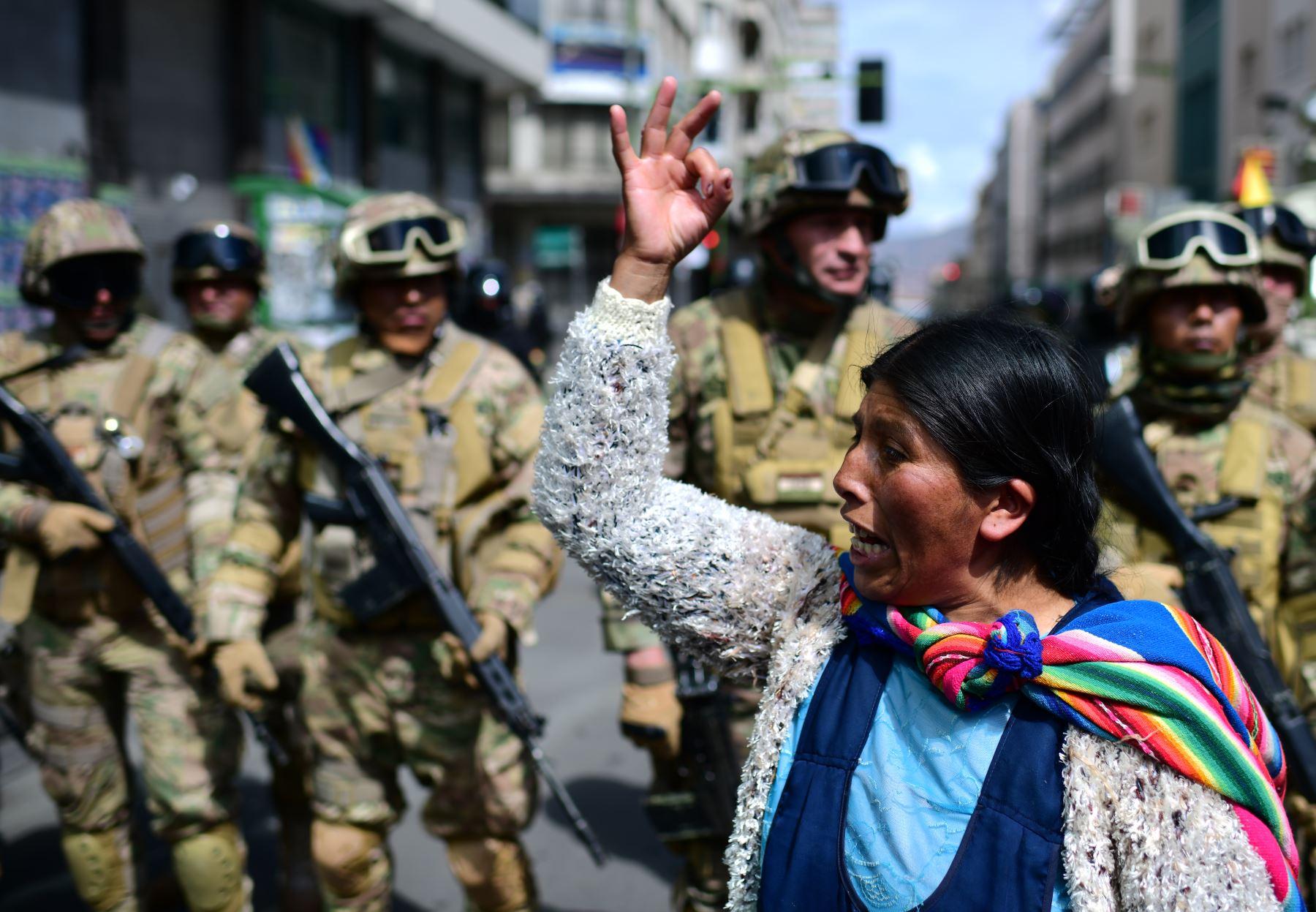 Una mujer boliviana, partidaria del ex presidente boliviano Evo Morales, protesta contra el gobierno interino en La Paz. Foto: AFP