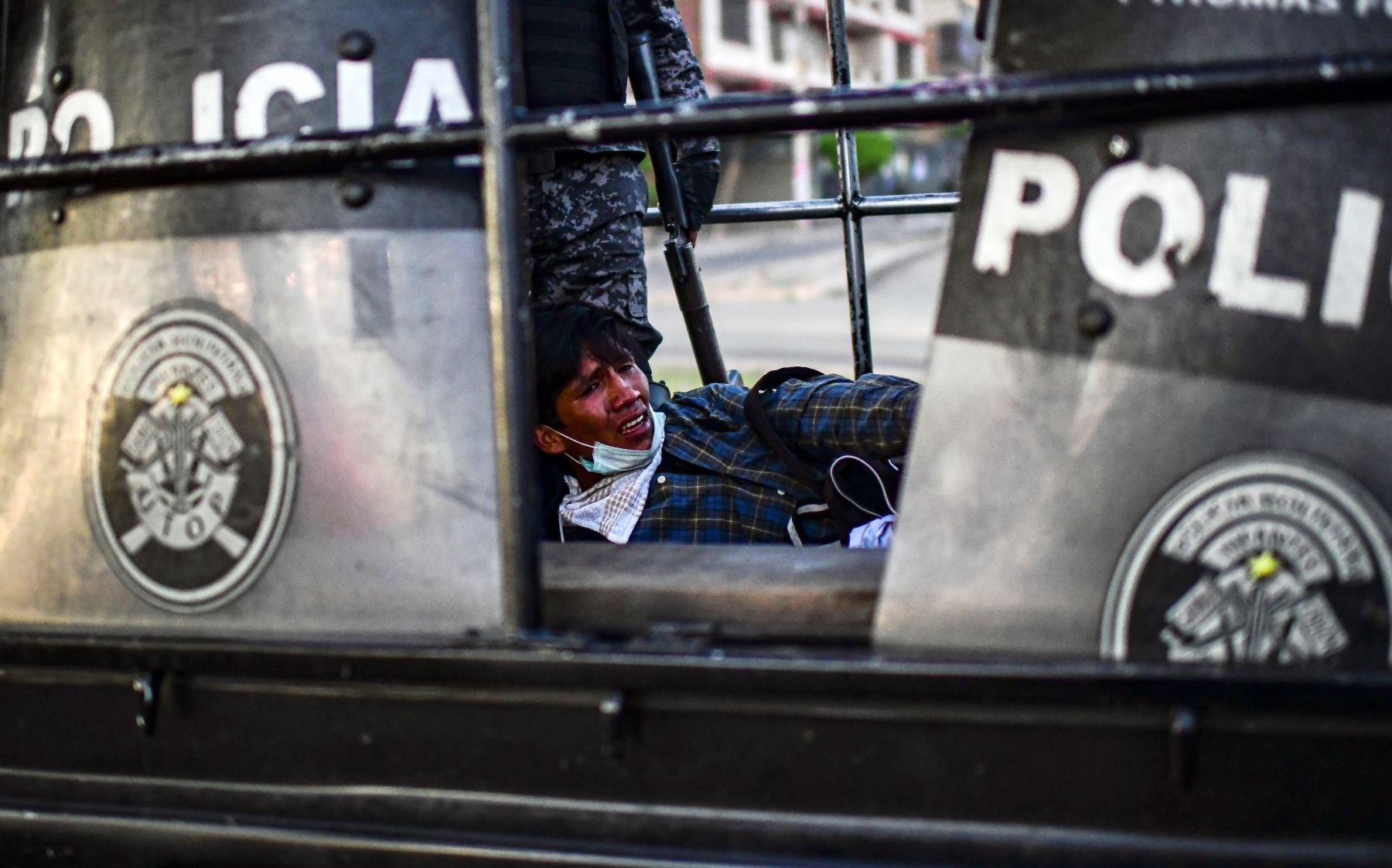 Partidario del ex presidente boliviano Evo Morales, es detenido por la policía en La Paz. Foto: AFP