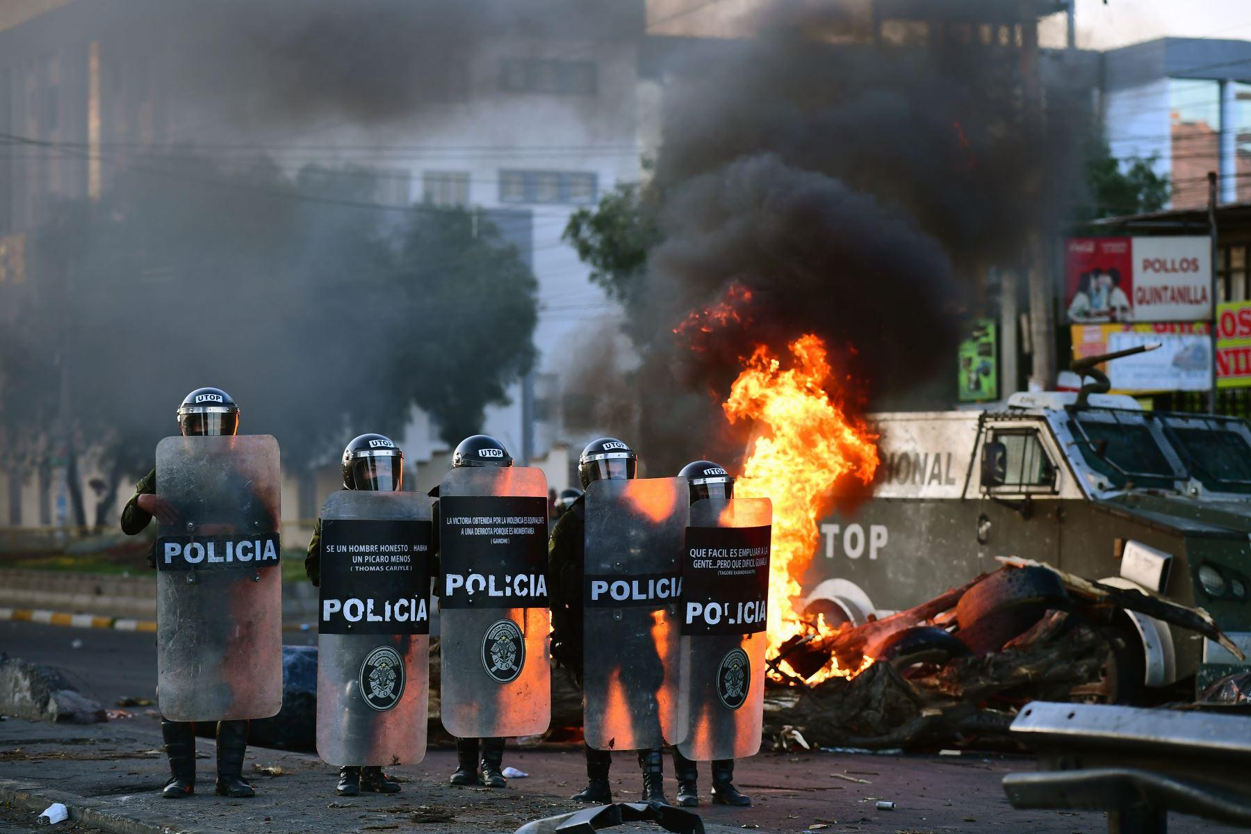 La policía antidisturbios boliviana está de guardia durante una manifestación en Cochabamba. Foto: AFP