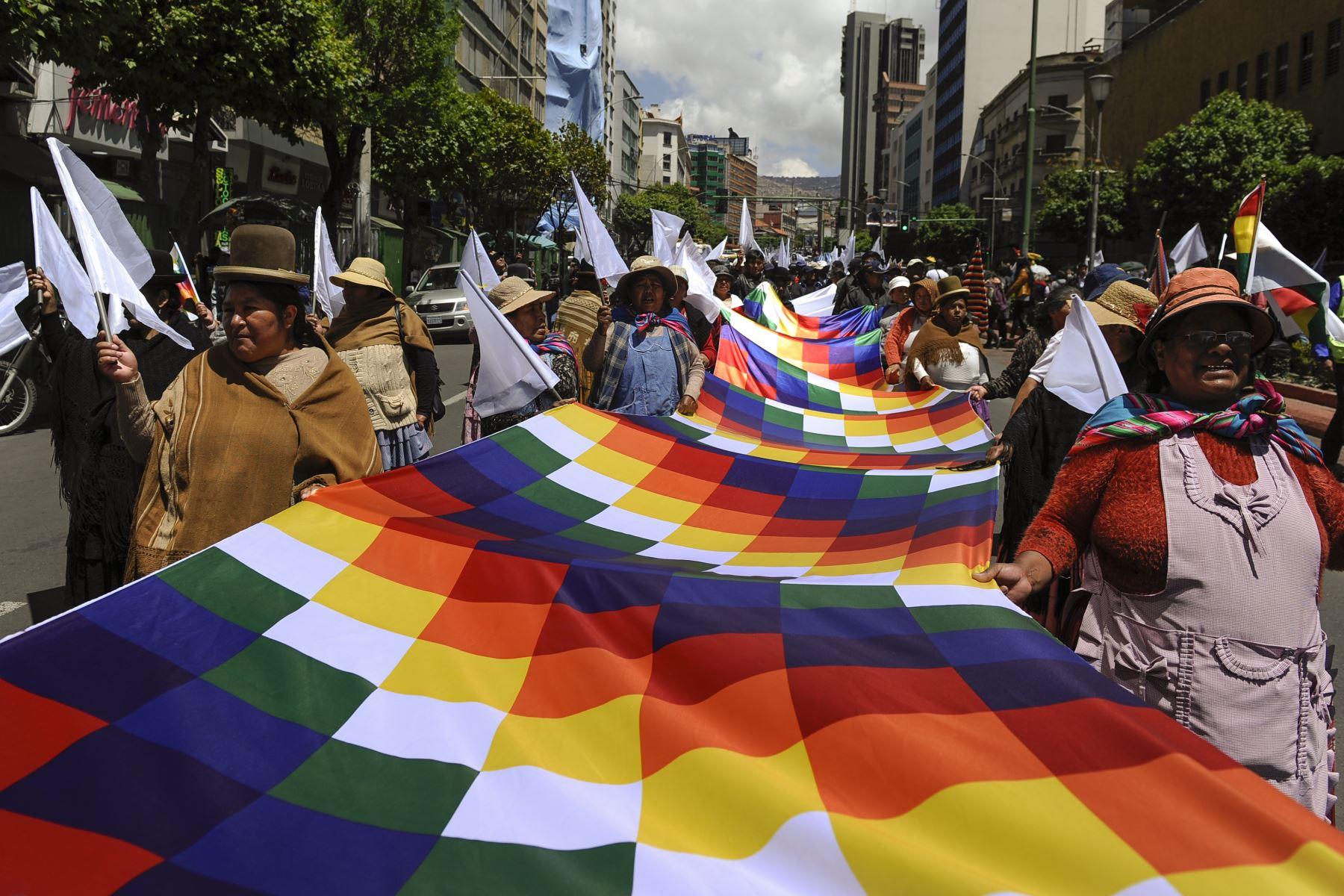 Los manifestantes sostienen una bandera de Wiphala durante una marcha convocada por estudiantes de la Universidad Mayor de San Andrés (Universidad Superior de San Andrés - UMSA) y organizaciones vecinales que exigen la paz. Foto: AFP