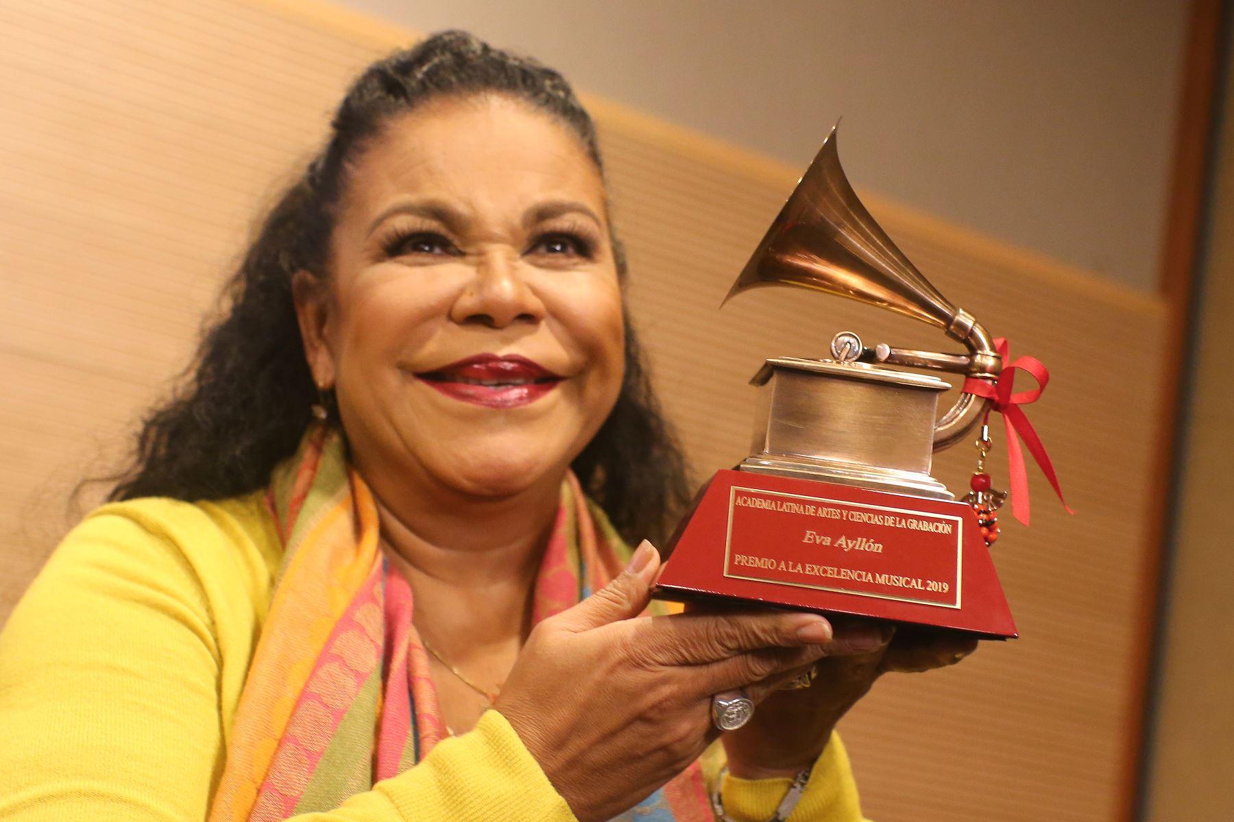 Eva Ayllón,en conferencia de prensa muestra su premio Grammy a la excelencia. Foto:ANDINA/Héctor Vinces.