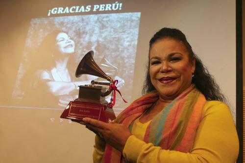 Eva Ayllón muestra orgullosa su premio  Grammy