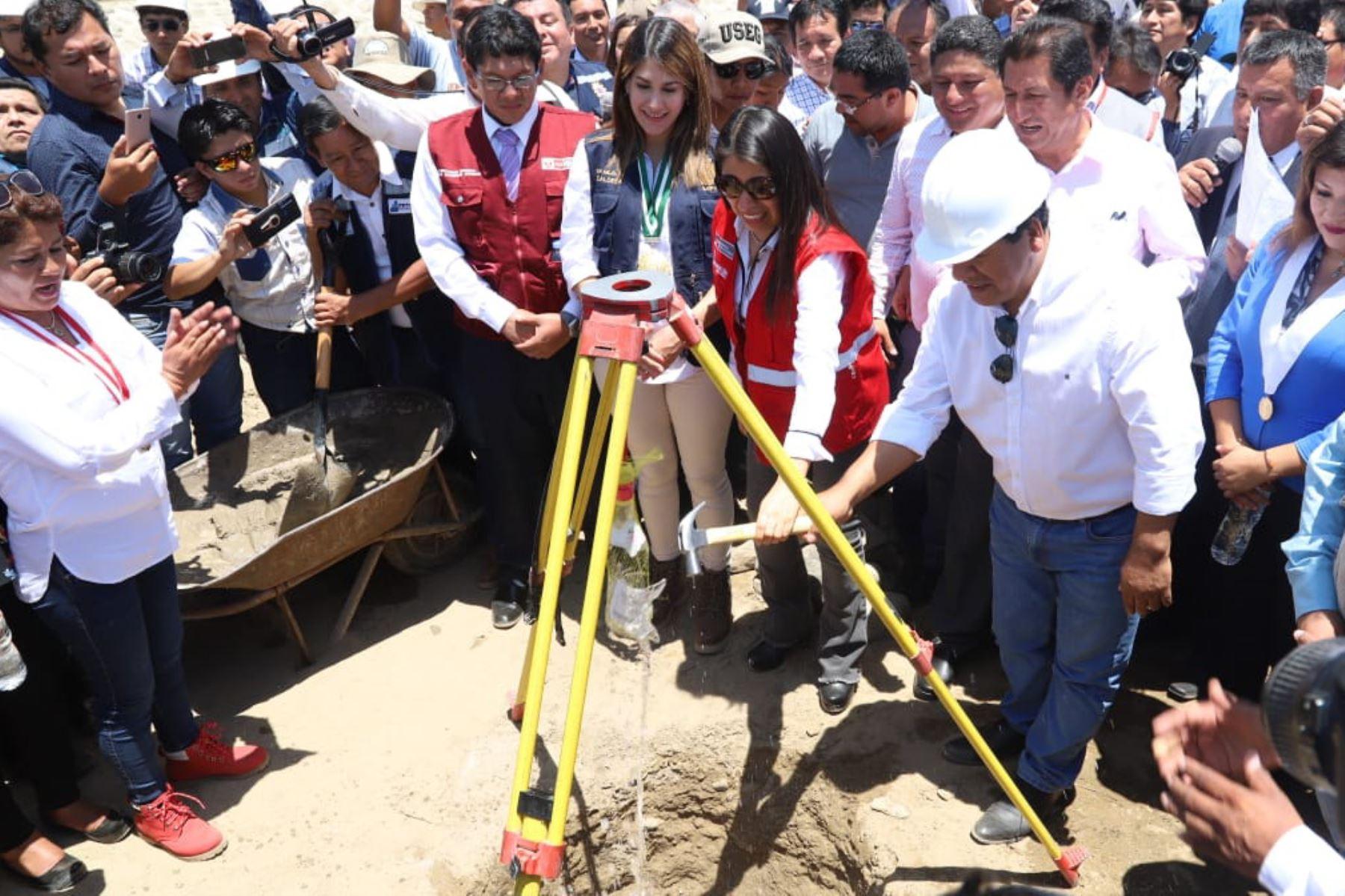 La directora ejecutiva de la Autoridad para la Reconstrucción con Cambios (ARCC), Amalia Moreno, puso la primera piedra de la obra de solución integral del río Ica.