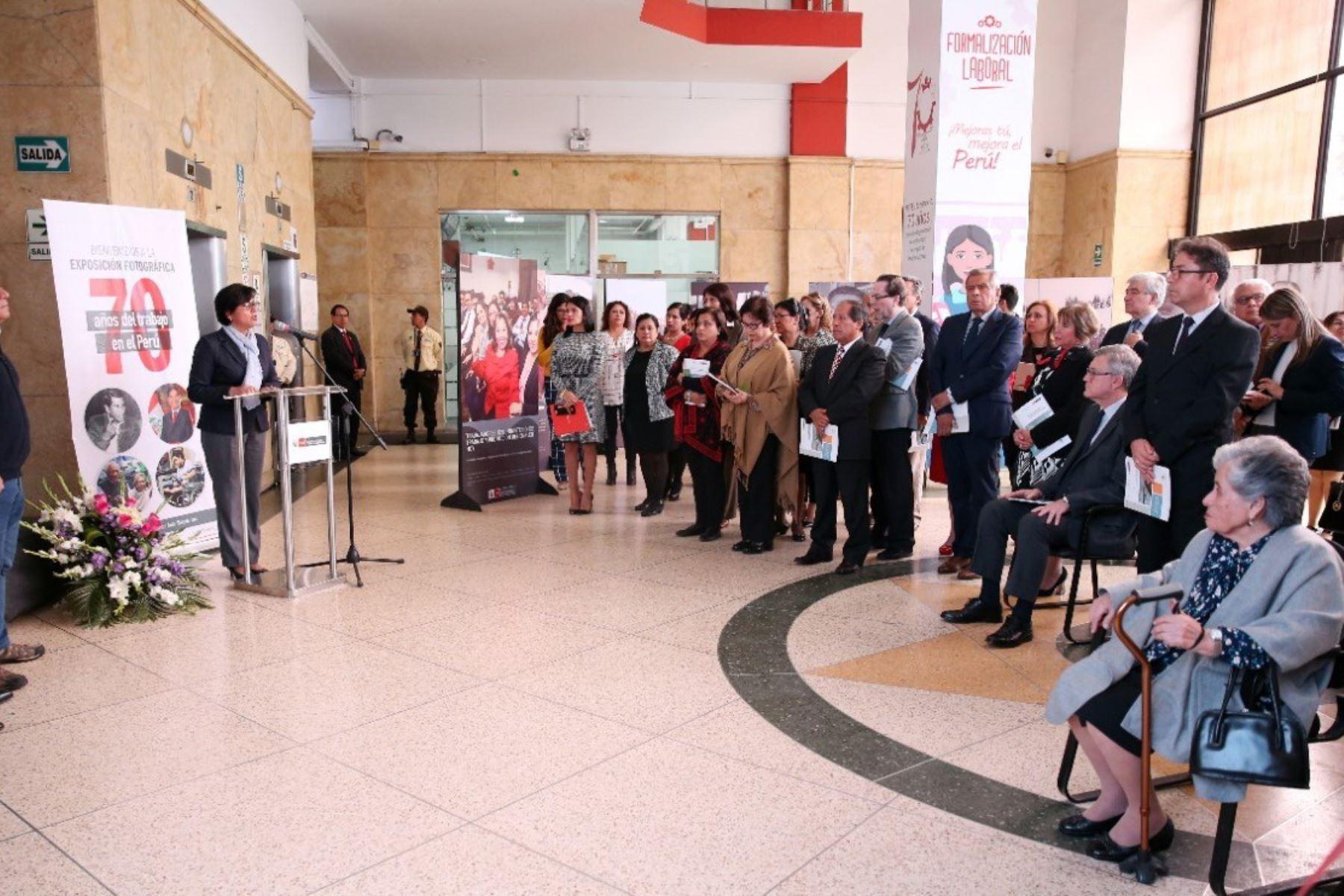 Ministra de Trabajo inauguró exposición fotográfica en la sede del MTPE.