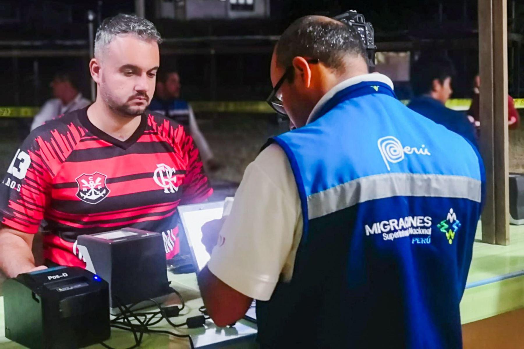 Más de 3,000 hinchas de Flamengo cruzan la frontera en Madre de Dios con rumbo a Lima para asistir a la final de la Copa Libertadores.
