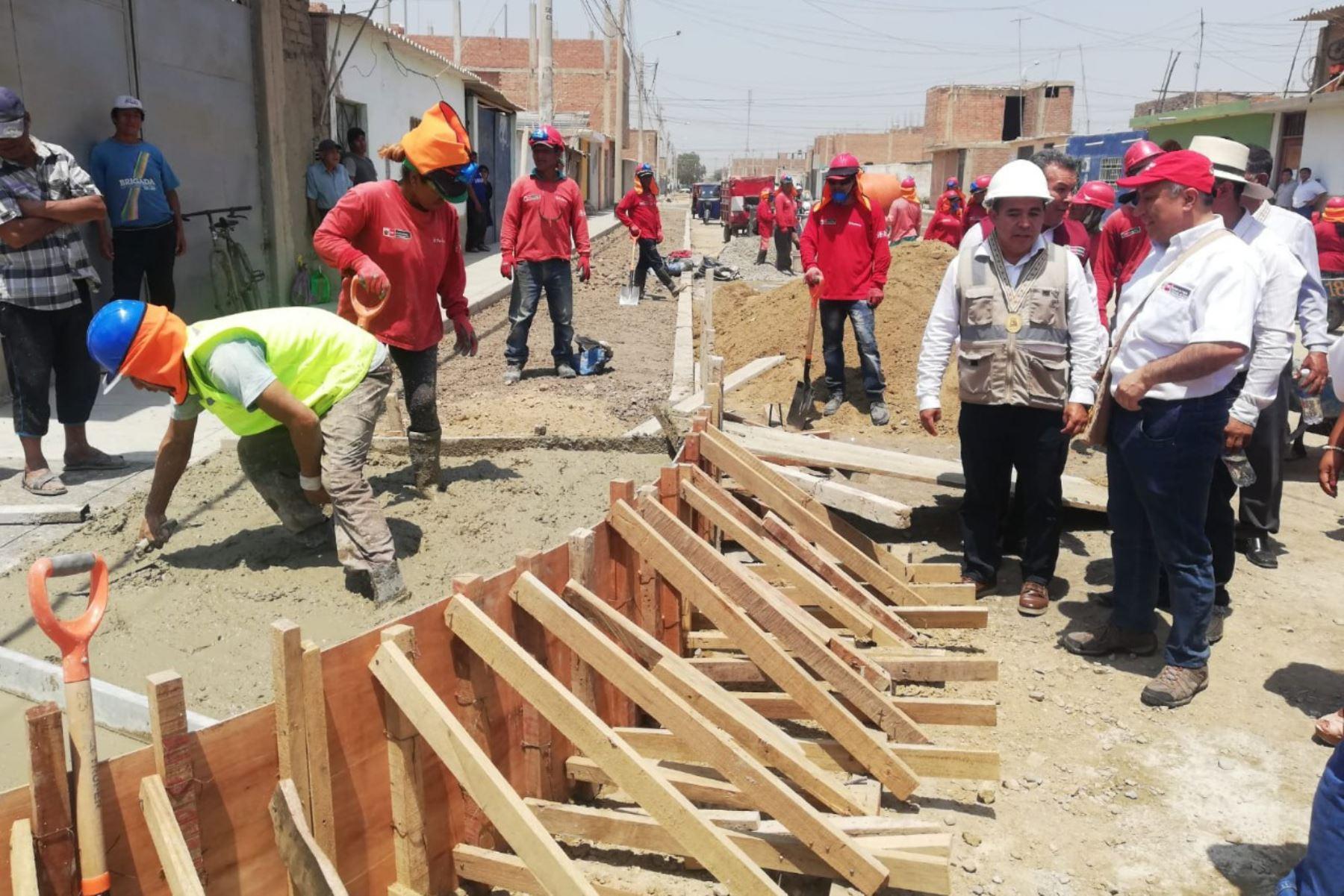 El viceministro de Promoción del Empleo y Capacitación Laboral, Javier Palacios, supervisó tres proyectos del programa Trabaja Perú, que generan 185 empleos temporales en Lambayeque.