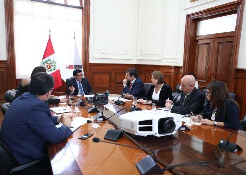 El presidente del Consejo de Ministros, Vicente Zeballos, recibió la visita del presidente de Microsoft Latinoamérica, César Cernuda.