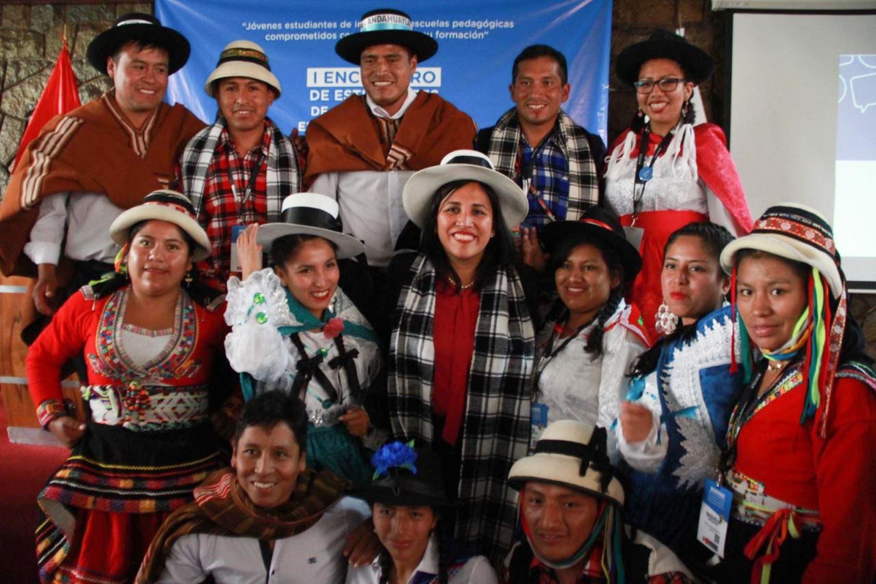 Ministra de Educación, Flor Pablo, participó en el primer encuentro de estudiantes de los institutos pedagógicos públicos.