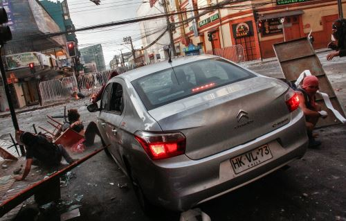 Un automóvil atropelló a personas que protestaban en Chile