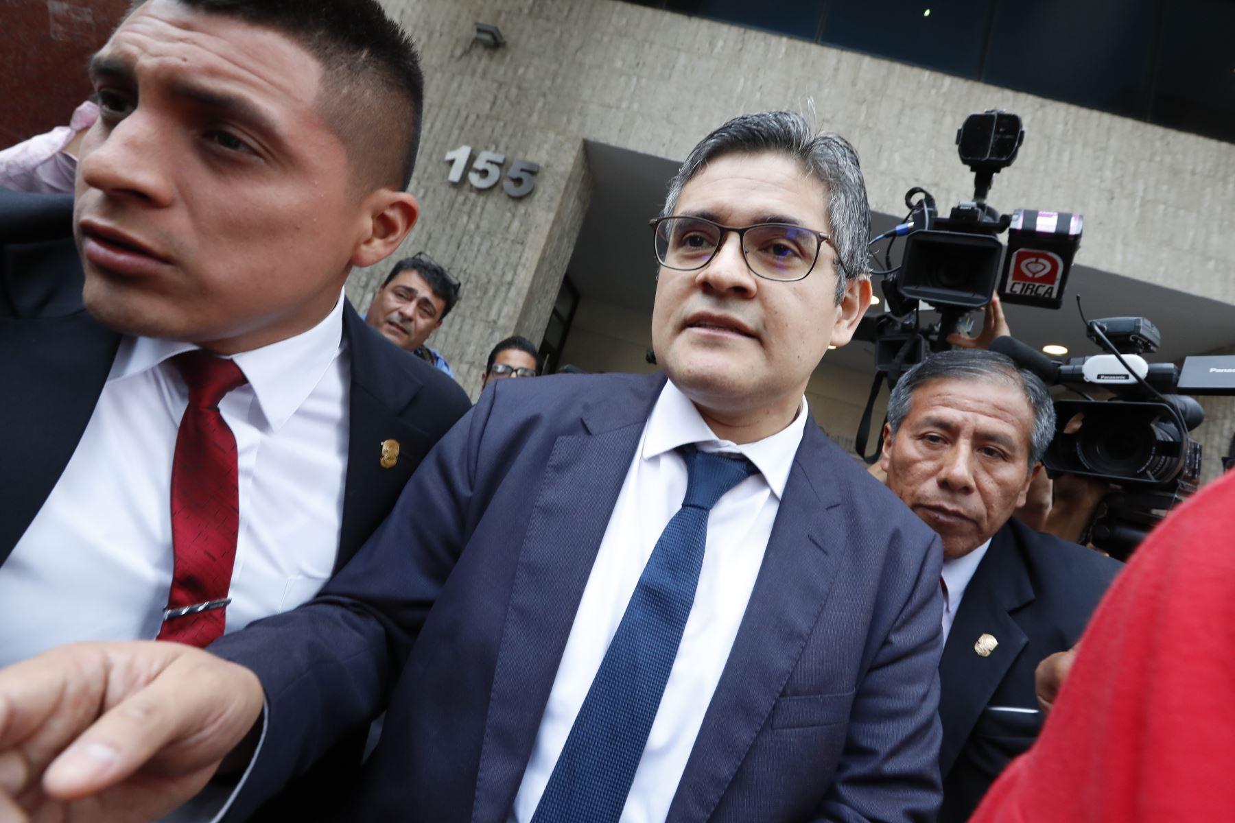 El fiscal José Domingo Pérez, del Equipo Especial Lava Jato, lleva a cabo una diligencia de allanamiento en las oficinas de la Confederación Nacional de Instituciones Empresariales Privadas (Confiep) en el distrito de San Isidro. Foto: ANDINA/Carlos Lezama