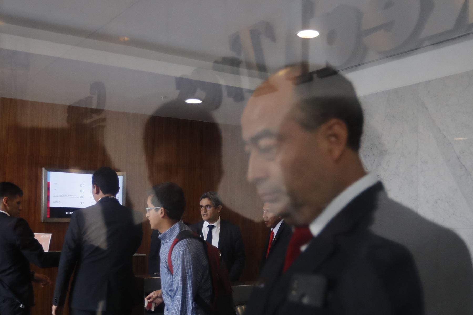 El fiscal José Domingo Pérez, del equipo especial Lava Jato, lleva a cabo una diligencia de allanamiento en las oficinas de la Confederación Nacional de Instituciones Empresariales Privadas (Confiep), en el distrito de San Isidro. Foto: ANDINA/Carlos Lezama.
