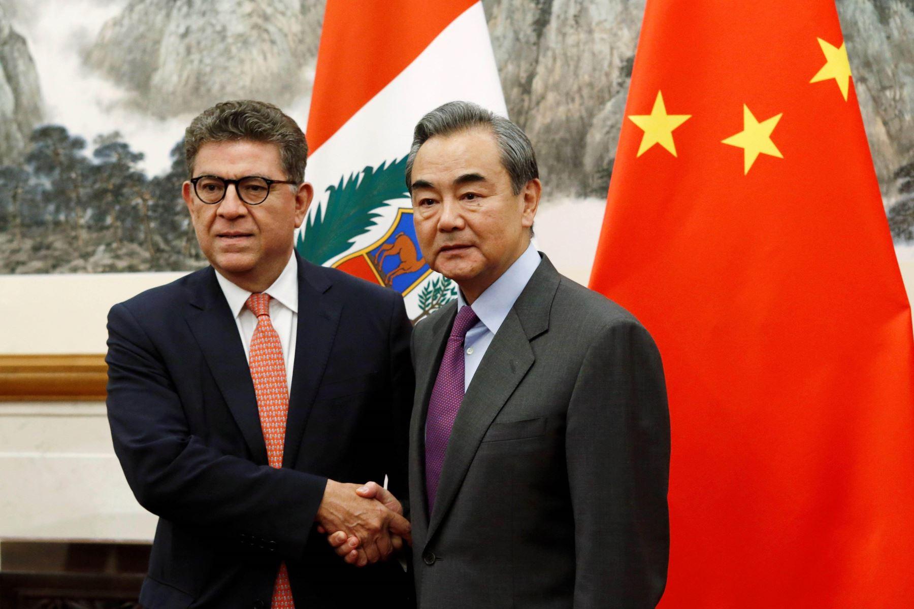 El Ministro de Relaciones Exteriores del Perú, Embajador Gustavo Meza-Cuadra, fue recibido en audiencia por el Consejero de Estado y Ministro de Relaciones Exteriores de China, Wang Yi. Foto: EFE