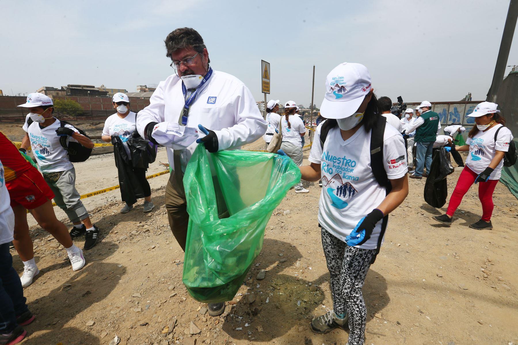 """Voluntarios apoyan la  campaña """"Nuestro río hablador nos llama""""  organizado por la Antoridad Nacional del Agua – ANA, que busca generar un cambio de actitud en la población sobre la importancia de mantener los ríos limpios de basura y residuos sólidos. Foto: ANDINA/Héctor Vinces"""