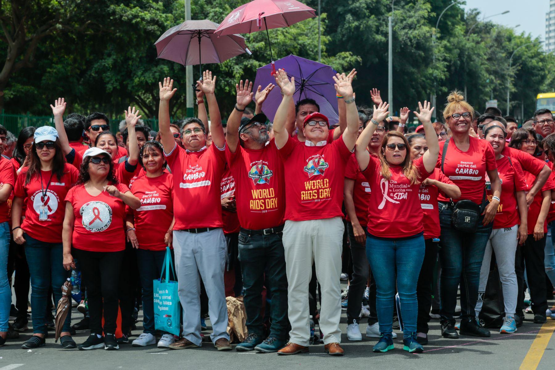Ministra de Salud, Elizabeth Hinostroza Pereyra encabeza la formación del lazo humano como parte de las acciones por el Día Mundial de la Lucha contra el Sida. Foto: Difusión Ministerio de Salud