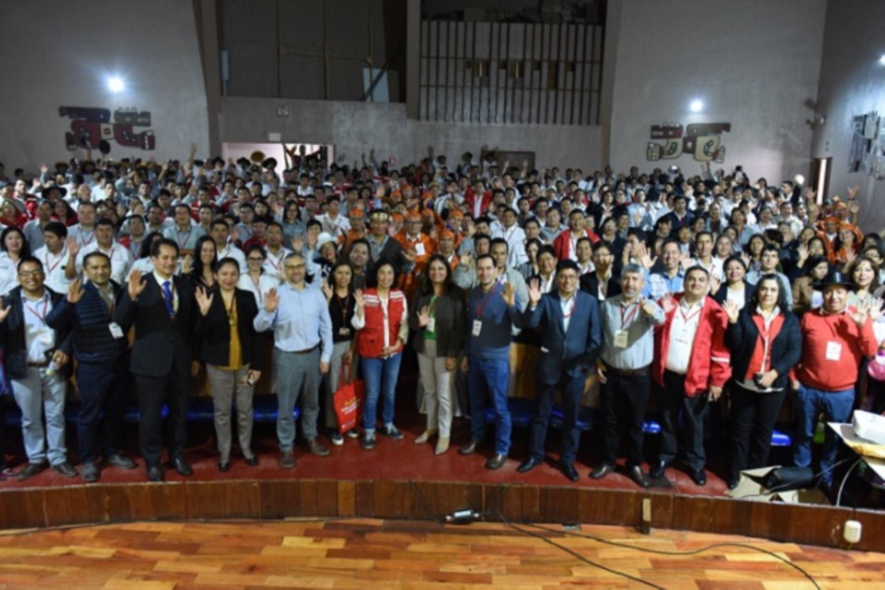 La viceministra de Prestaciones Sociales del Midis, Patricia Balbuena, inauguró en Huamanga el taller de inducción para la Certificación a Servidores Públicos Bilingües, en el que participan gestores locales de Juntos provenientes de Ayacucho, Apurímac, Ancash, Pasco, Junín, Huánuco y Lima Provincias.