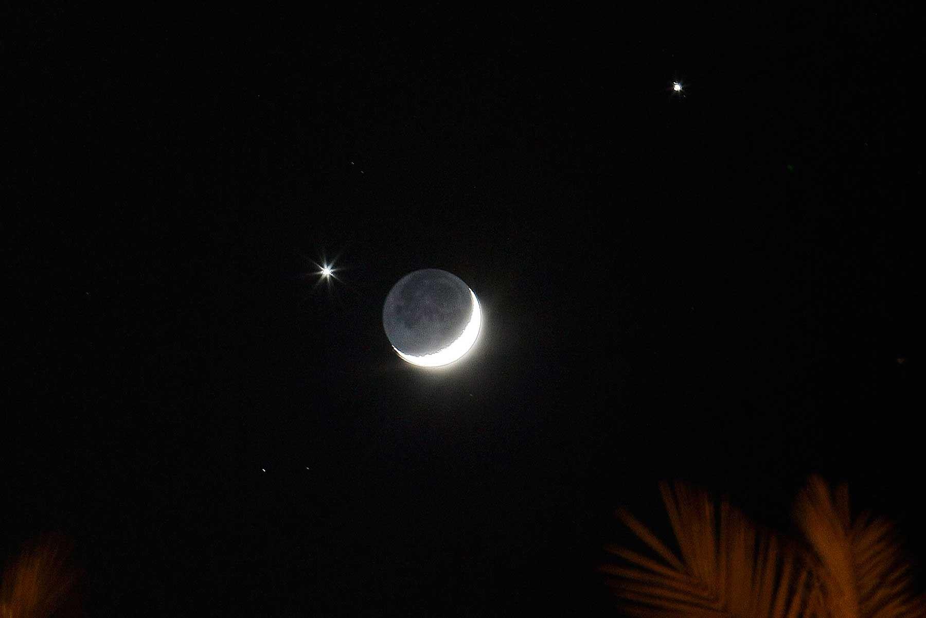 Extraño triángulo entre la luna creciente con Venus y Júpiter. Imagen: Jack Guez/AFP