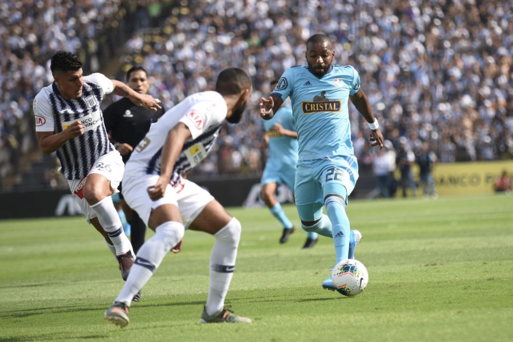 Jair Cespedes de  Cristal disputa un balón ante jugadores de Alianza Lima  en el partido de ida por la semifinal del play off de la Liga 1. Foto: Twitter Liga 1 Movistar