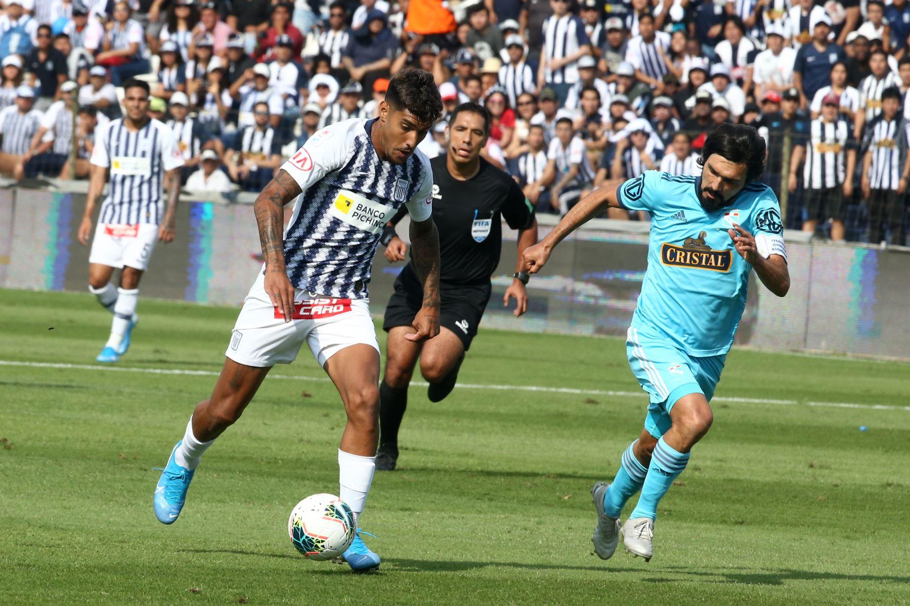 Adrian Balboa de  Alianza Lima disputa el balón ante Jorge Cazulo  de Cristal en el partido de ida por la semifinal del play off de la Liga 1. Foto: ANDINA/Vidal Tarqui